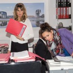 Caro (Ines Kurenbach, r.) arbeitet in der Kanzlei für Tobias und gerät dabei mit Eva (Claudelle Deckert) aneinander, als sie versehentlich bei einem für Eva wichtigen Termin mit einem Mandanten stört. (Quelle: RTL / Stefan Behrens)