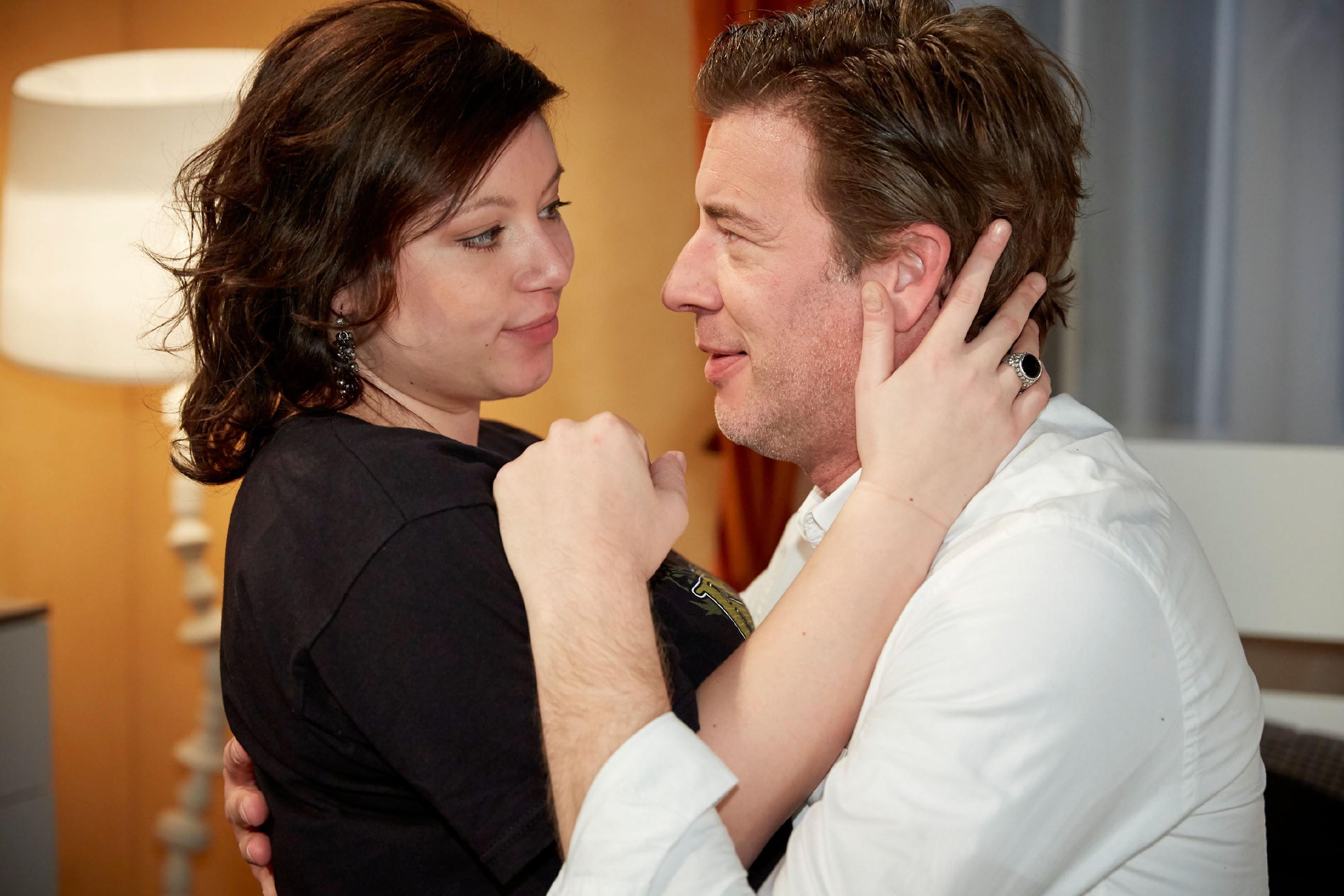 Christoph (Lars Korten) verbringt dank Vanessa (Julia Augustin) den wohl besten Geburtstag seines Lebens und genießt ahnungslos sein Glück... (Quelle: RTL / Guido Engels)