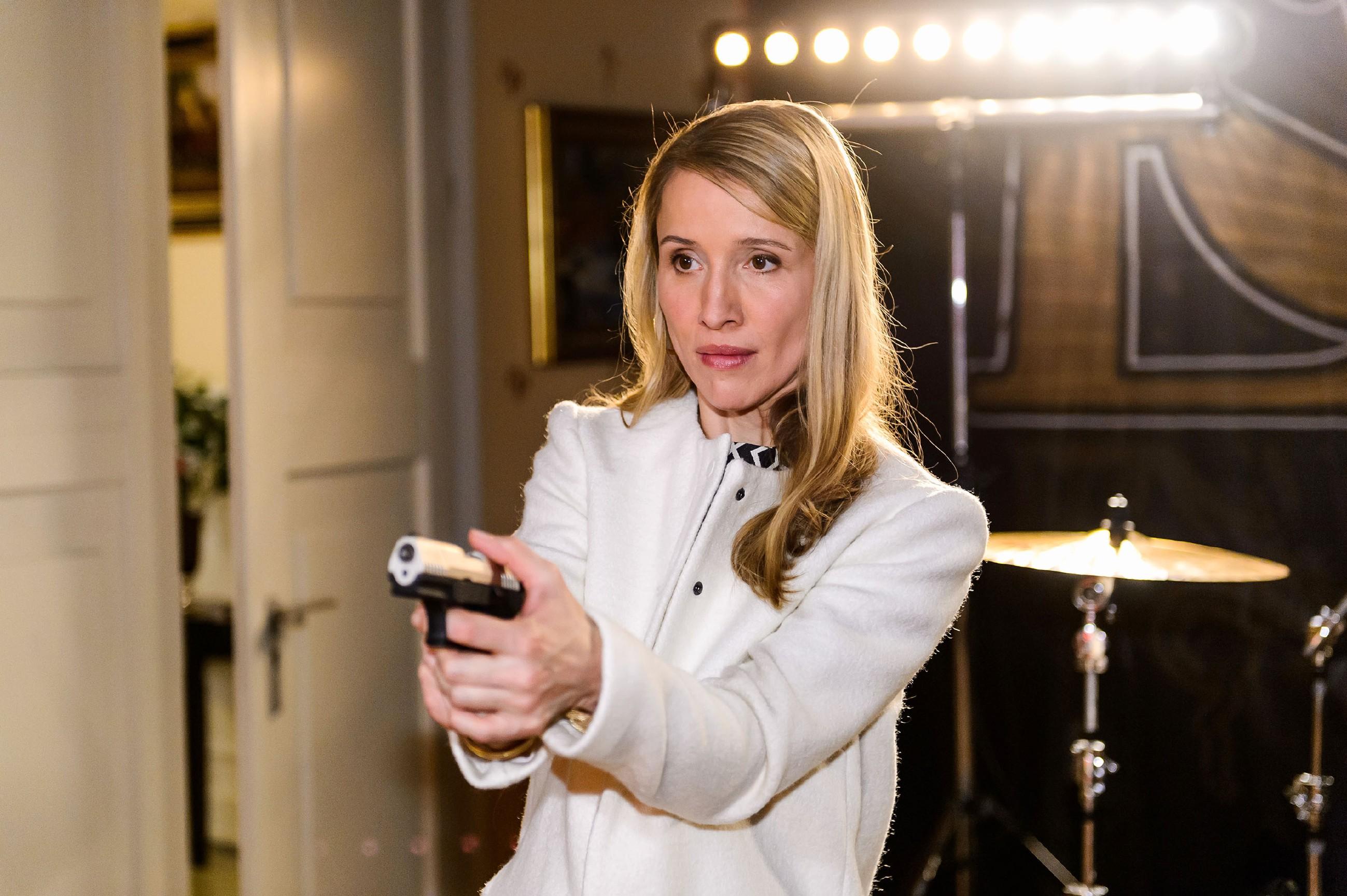 Während Christoph sich schon in Sicherheit wiegt, weil er Sylvie (Solveig August) beruhigen konnte, hebt diese plötzlich erneut die Waffe... (Quelle: RTL / Willi Weber)