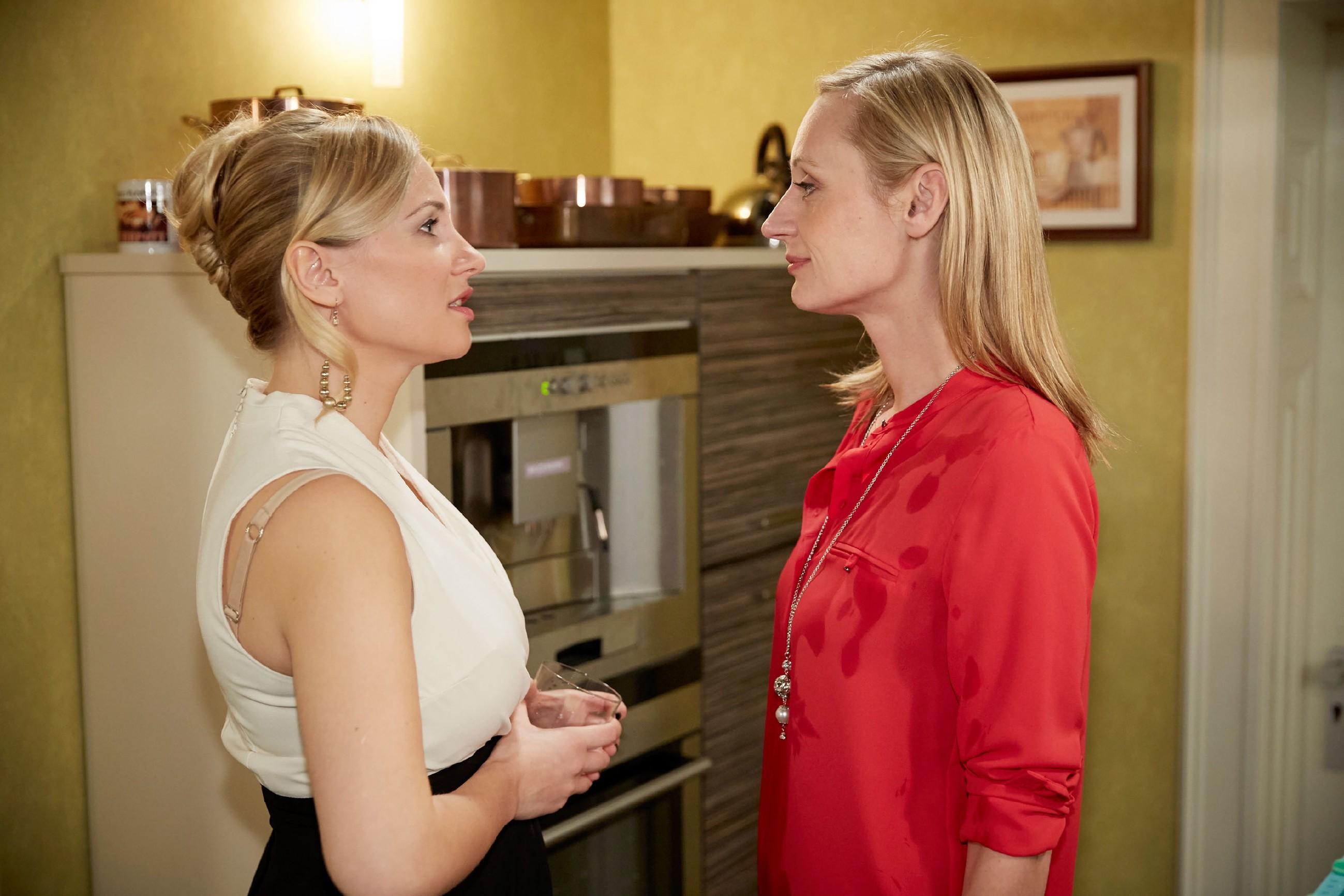 Isabelle (Ania Niedieck, l.) versucht souverän damit umzugehen, dass Thomas mit Sonja (Barbara Sotelsek) geschlafen hat, doch als sie diese trifft, kann sie ihre Wut nicht länger zügeln... (Quelle: RTL / Guido Engels)