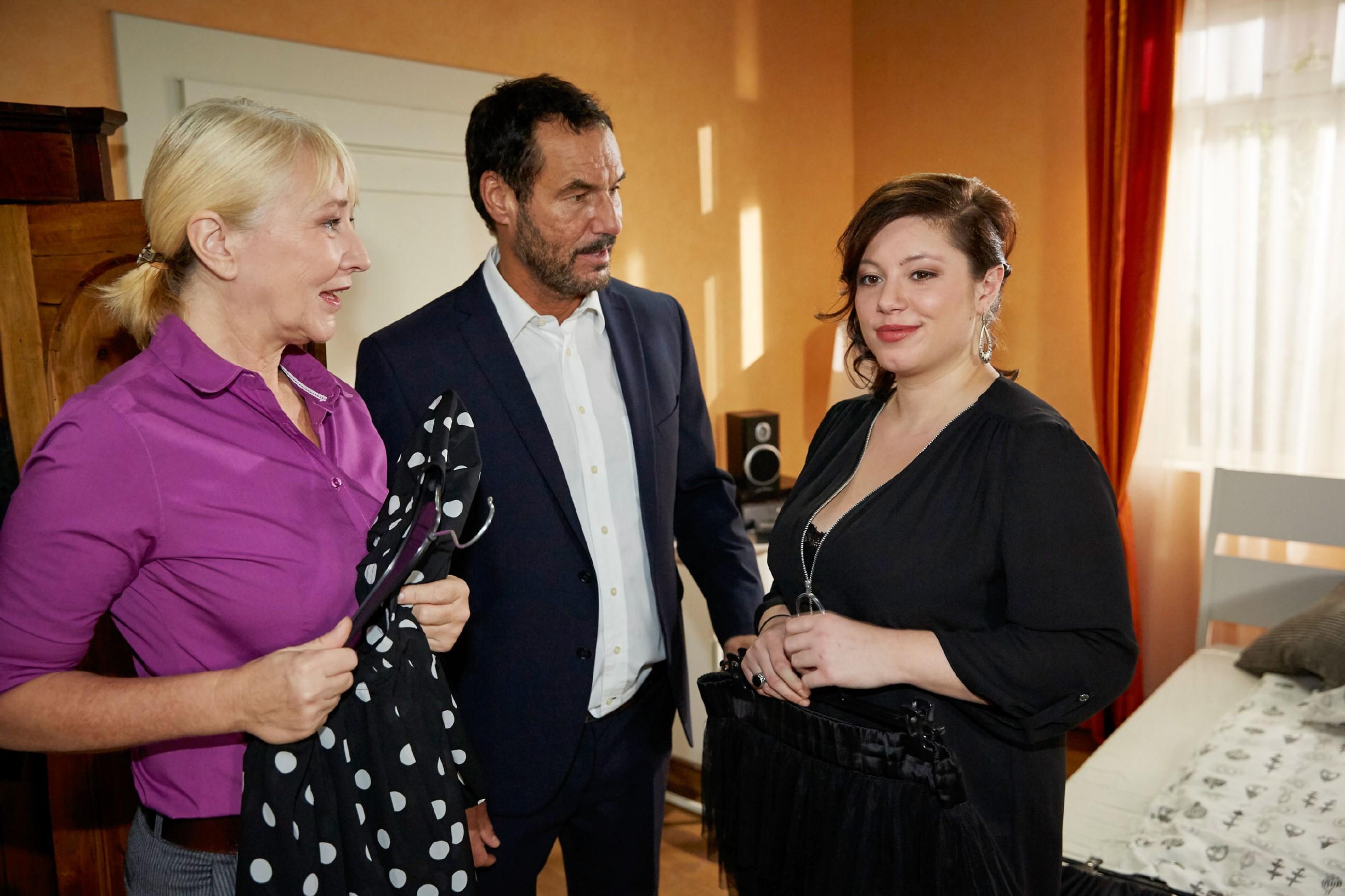 Frau Scholz (Inge Brings, l.) und Richard (Silvan-Pierre Leirich) bekommen mit, wie engagiert Vanessa (Julia Augustin) die Vorbereitungen für Christophs Überraschungsparty vorantreibt. (Quelle: RTL / Guido Engels)