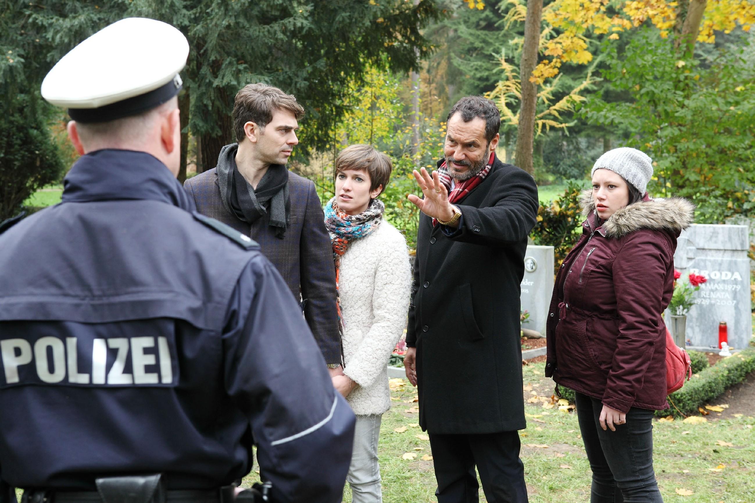 Während Veit (Carsten Clemens, 2.v.l.) und Pia (Isabell Horn, M.) erleichtert sind, dass Richard (Silvan-Pierre Leirich, 2.v.r.) Veit nicht an die Polizei (l. Komparse) ausliefert, stößt er bei Vanessa (Julia Augustin) mit seiner Entscheidung auf wenig Verständnis... (Quelle: RTL / Frank W. Hempel)
