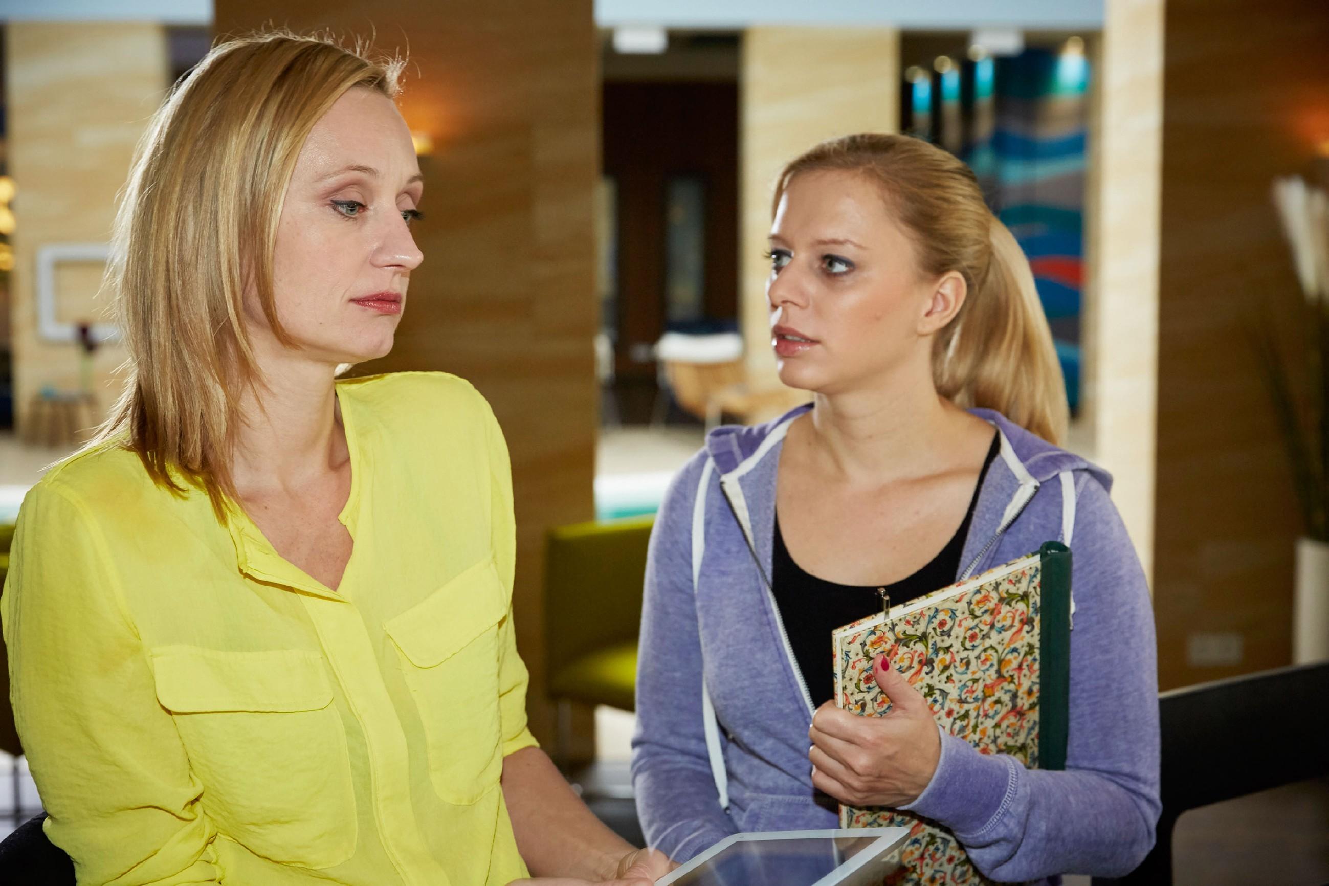 Sonja (Barbara Sotelsek, l.) ist enttäuscht von Deniz' Reaktion auf ihr Jobangebot als Olympia-Trainerin in Berlin, erklärt Lena (Juliette Greco) jedoch, ihre Entscheidung nicht von Deniz abhängig machen. (Quelle: RTL / Guido Engels)