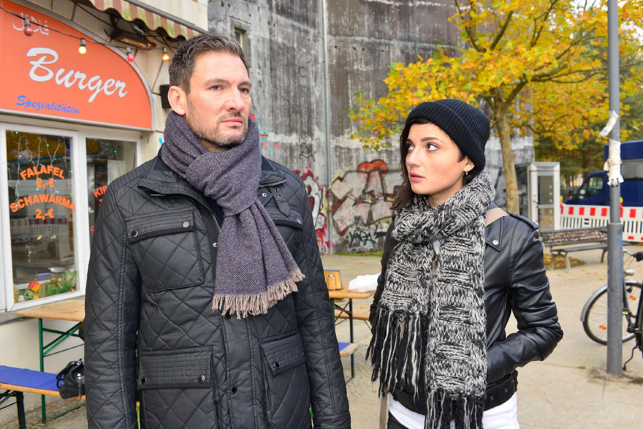 Anni (Linda Marlen Runge) fordert Frederic (Dieter Bach) auf, Jasmin endlich in Ruhe zu lassen. (Quelle: RTL / Rolf Baumgartner)