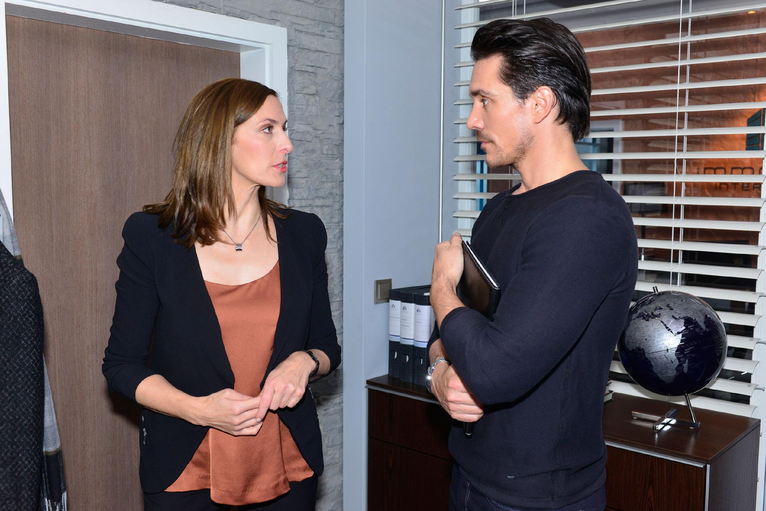 David (Philipp Christopher) versucht hinter das Familiengeheimnis von Katrin (Ulrike Frank) zu kommen. (Quelle: RTL / Rolf Baumgartner)