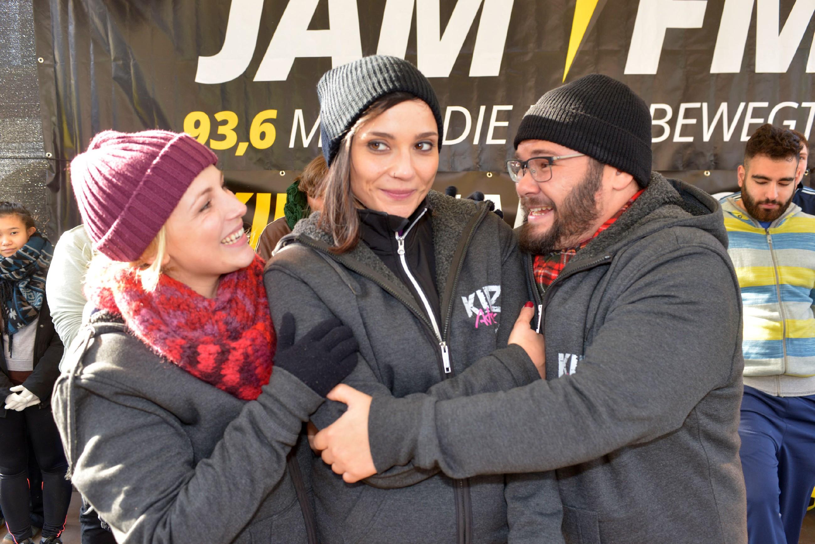Lilly (Iris Mareike Steen, l.) und Tuner (Thomas Drechsel) freuen sich riesig über Annis (Linda Marlen Runge) Erfolg bei der Kiez-Challenge. (Quelle: RTL / Rolf Baumgartner)