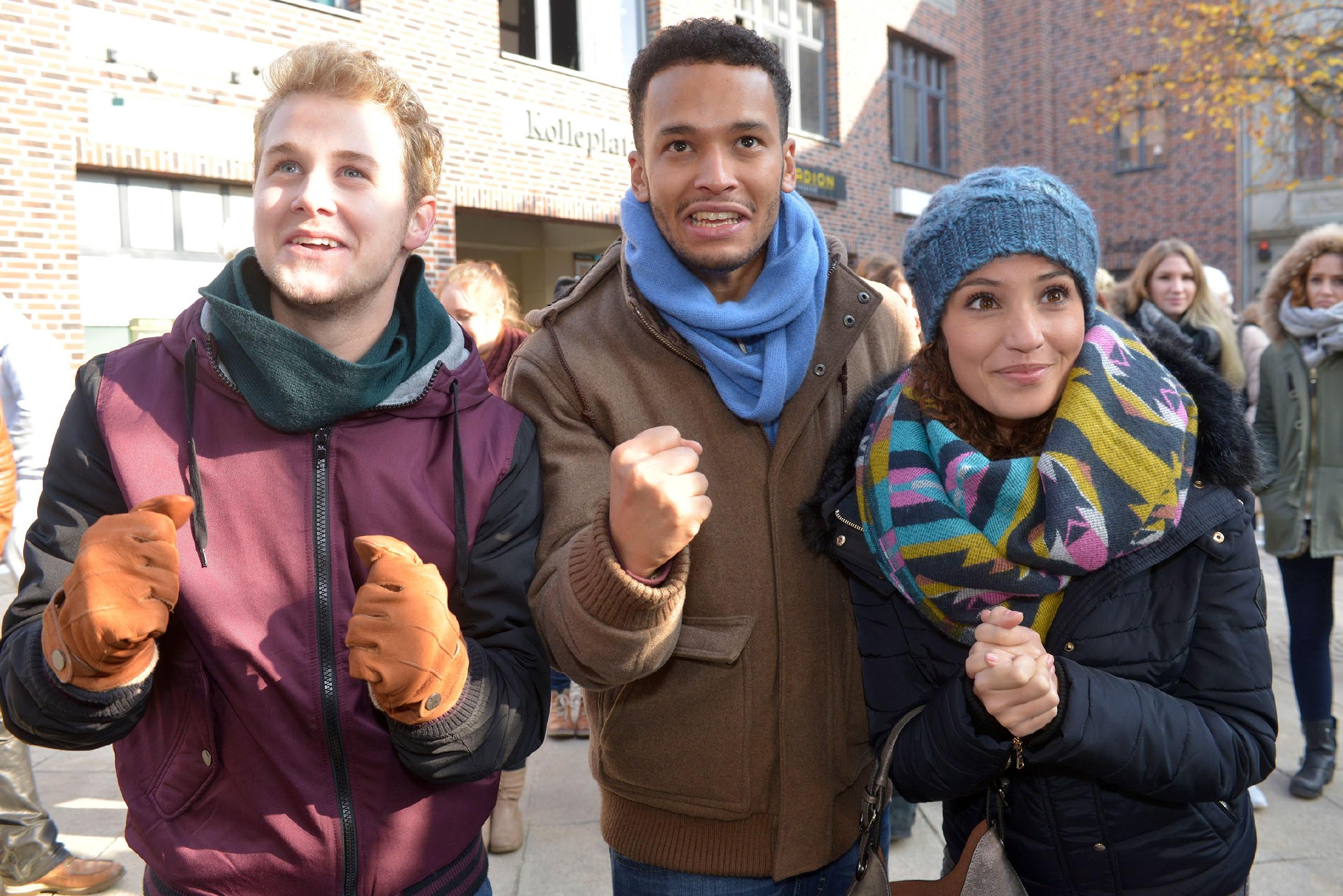 Jonas (Felix van Deventer, l.), Amar (Thando Walbaum) und Ayla (Nadine Menz) drücken Anni für die Kiez-Challenge die Daumen und feuern sie begeistert an. (Quelle: RTL / Rolf Baumgartner)