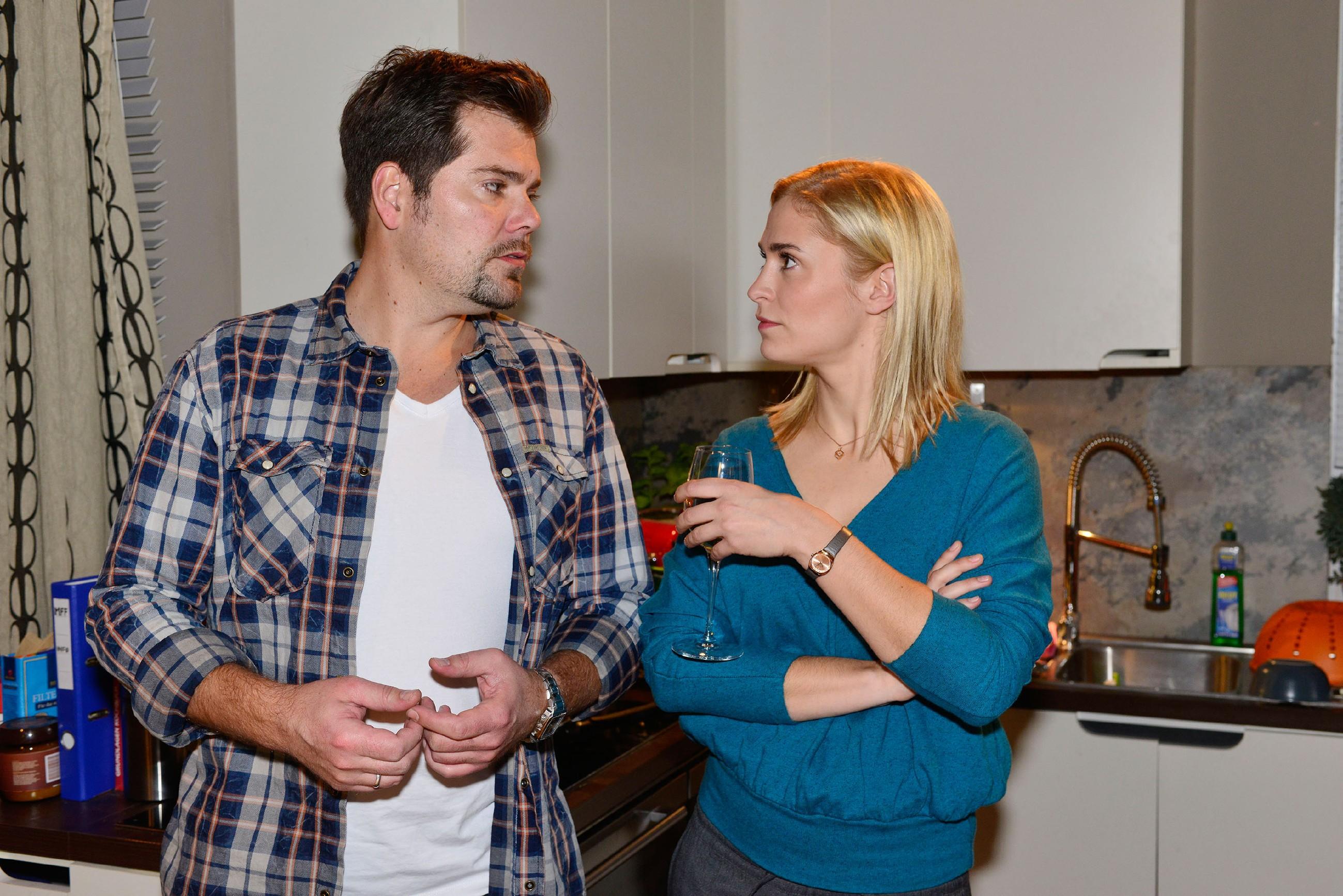 Sophie (Lea Marlen Woitack) versucht Leon (Daniel Fehlow) davon zu überzeugen, dass Vince seine eigenen Erfahrungen machen muss. (Quelle: RTL / Rolf Baumgartner)