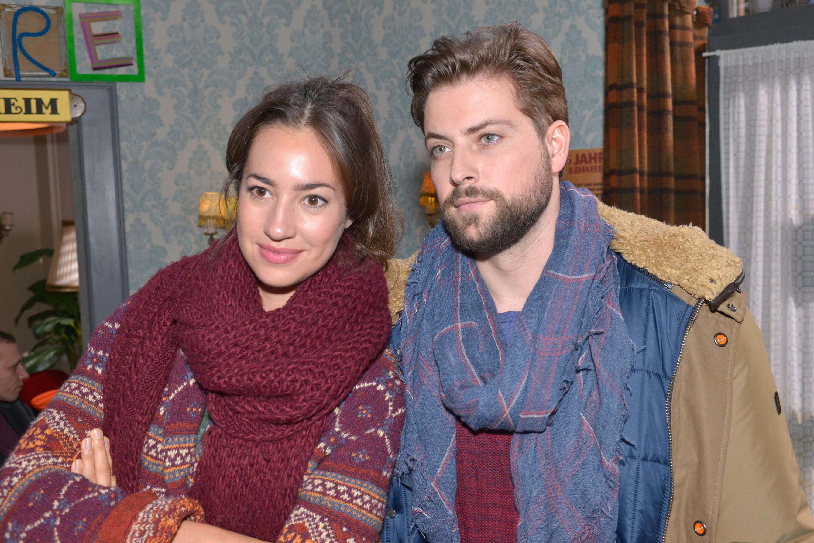Elena (Elena Garcia Gerlach) und John (Felix von Jascheroff) freuen sich auf einen entspannten Tag im Spaßbad. (Quelle: RTL / Rolf Baumgartner)