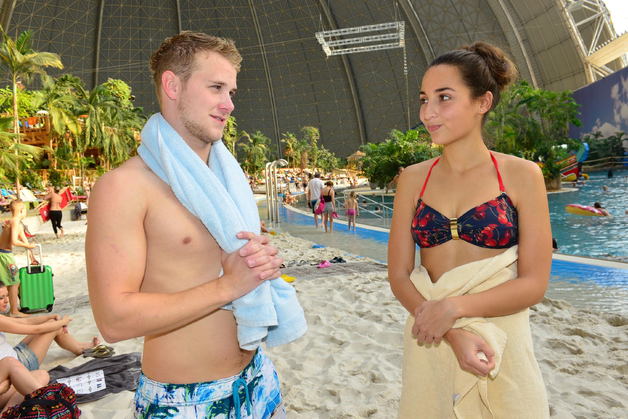 Selma (Rona Özkan) ist froh, dass sie mit Aylas Hilfe und deren Schminkkunst doch noch mit auf die Beachparty gehen und dort die Nähe zu Jonas (Felix van Deventer) genießen kann. (Quelle: RTL / Rolf Baumgartner)
