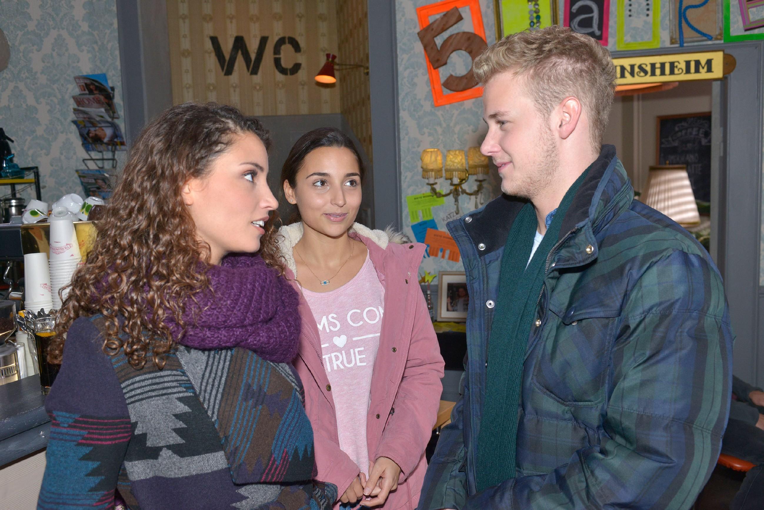 Selma (Ron Özkan, M.) beschleicht allmählich das Gefühl, dass Jonas (Felix van Deventer) auf Ayla (Nadine Menz) stehen könnte. (Quelle: RTL / Rolf Baumgartner)