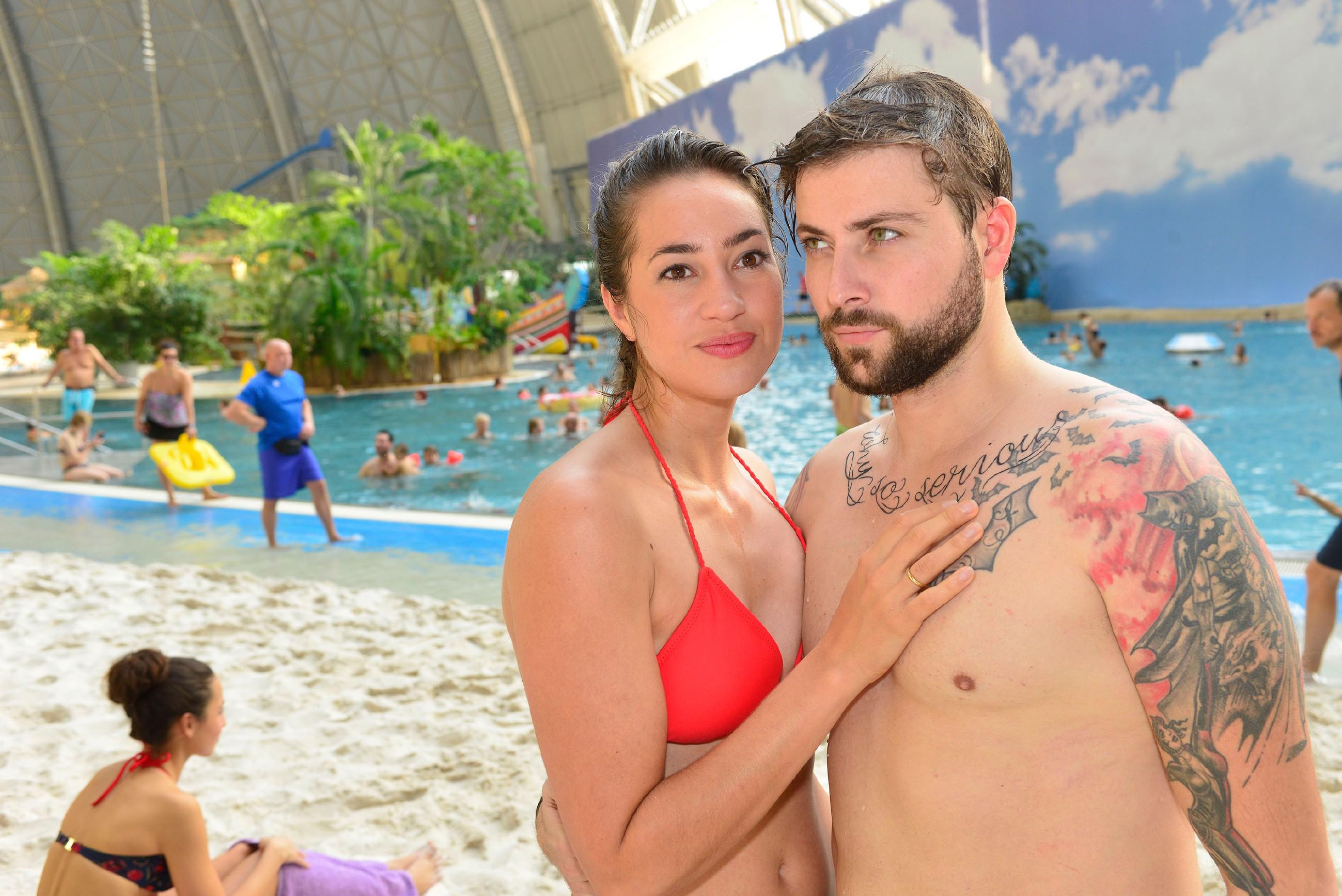 Elena (Elena Garcia Gerlach) und John (Felix von Jascheroff) genießen den entspannten Tag im Spaßbad. (Quelle: RTL / Rolf Baumgartner)