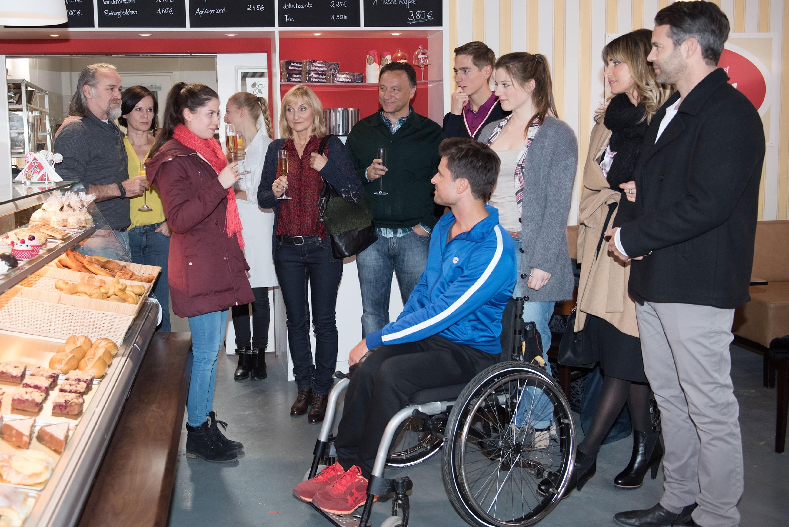 Sina (Valea Katharina Scalabrino, vorne l.) bedankt sich bei (v.r. hinten) Robert (Luca Maric), Irene (Petra Blossey), Fiona (Olivia Burkhart), Susanne (Petra Nadolny), Uli (Frank Voß), Ringo (Timothy Boldt), Elli (Nora Koppen), Eva (Claudelle Deckert), Till (Ben Ruedinger) und Paco (Milos Vukovic, vorne) für ihre Unterstützung. (Quelle: RTL / Stefan Behrens)