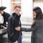 Moritz (Marvin Linke) ist tief getroffen, als Ricarda Schätzke (Anna Lena Class) demonstrativ vor Henning (Benjamin Kiss, hinten) mit ihm Schluss macht. (Quelle: RTL / Stefan Behrens)