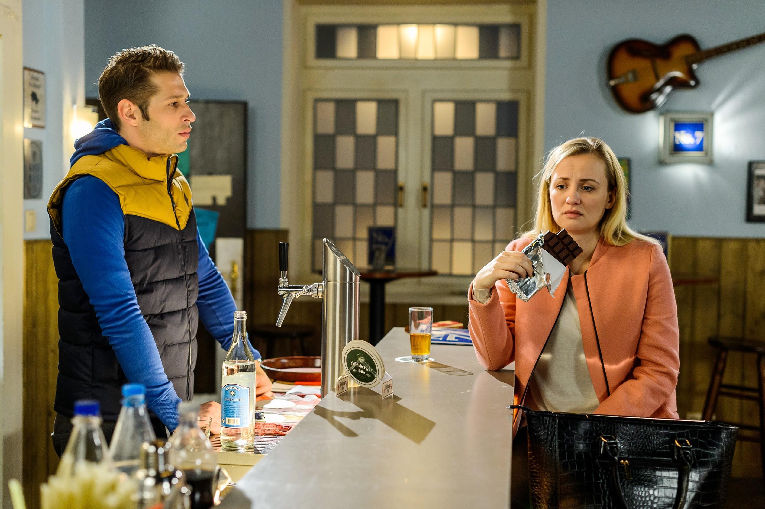 Isabelle (Ania Niedieck) und Deniz (Igor Dolgatschew) sind sich in ihrem Beziehungsfrust mit ihren Partnern ausnahmsweise einmal einig. (Quelle: RTL / Willi Weber)