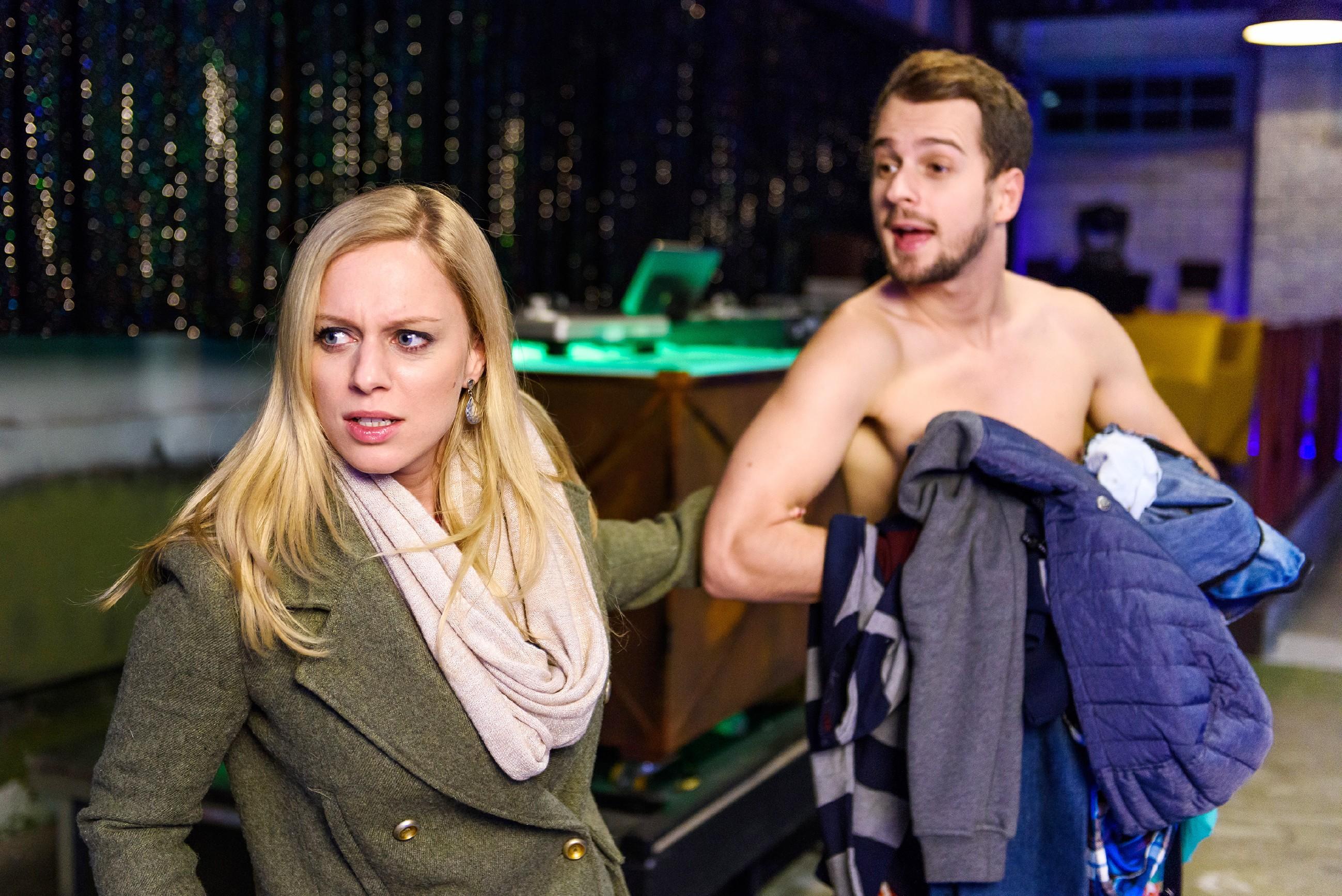 Lena (Juliette Greco) braucht dringend Tobis (Michael Jassin) Hilfe, um den Aktienkauf rückgängig machen können und unterbricht die Proben für die Stripshow. (Quelle: RTL / Willi Weber)