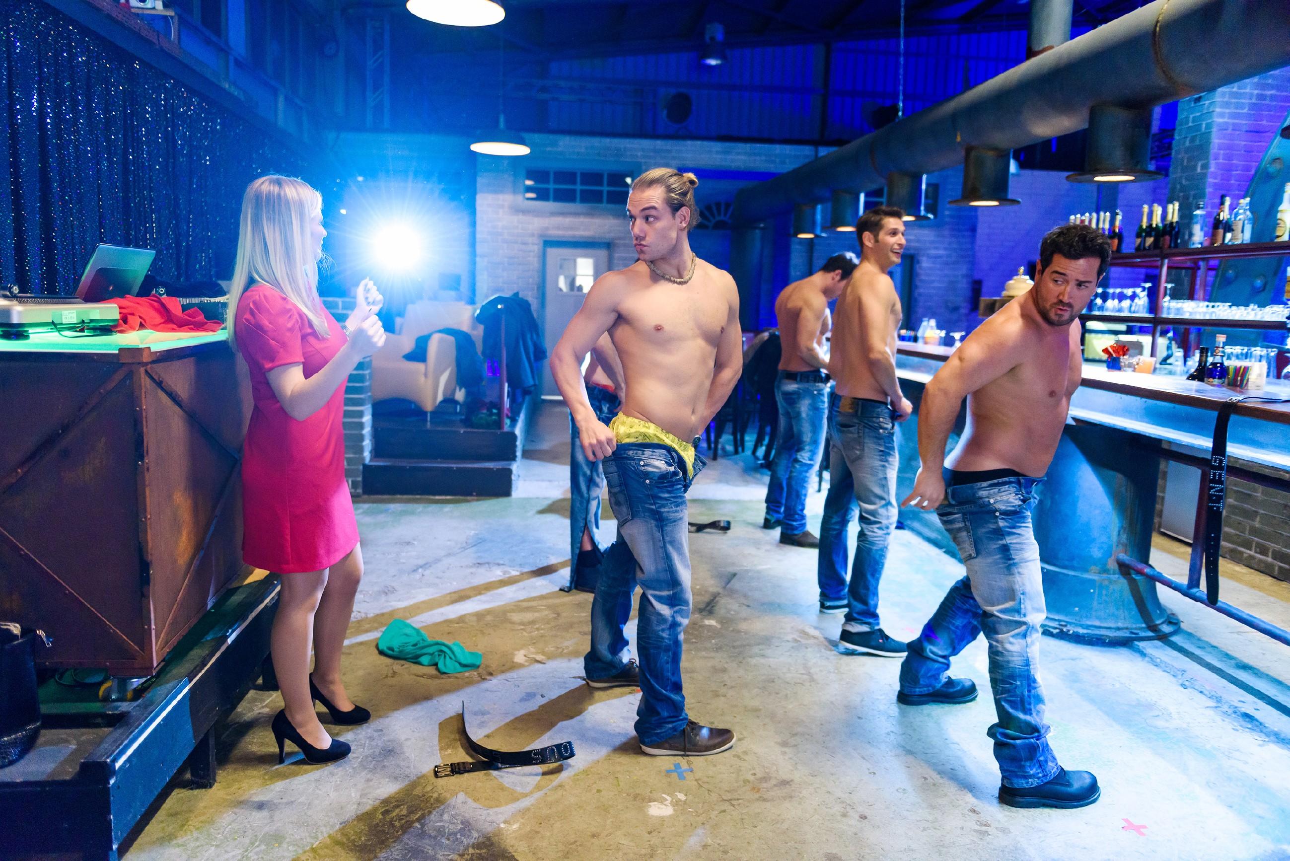 Unter der Anweisung von (v.l.) Isabelle (Ania Niedieck) trainieren Leo (Julian Bayer), Ben (Jörg Rohde), Deniz (Igor Dolgatschew) und Marian (Sam Eisenstein) im Club für ihre Stripshow. (Quelle: RTL / Willi Weber)
