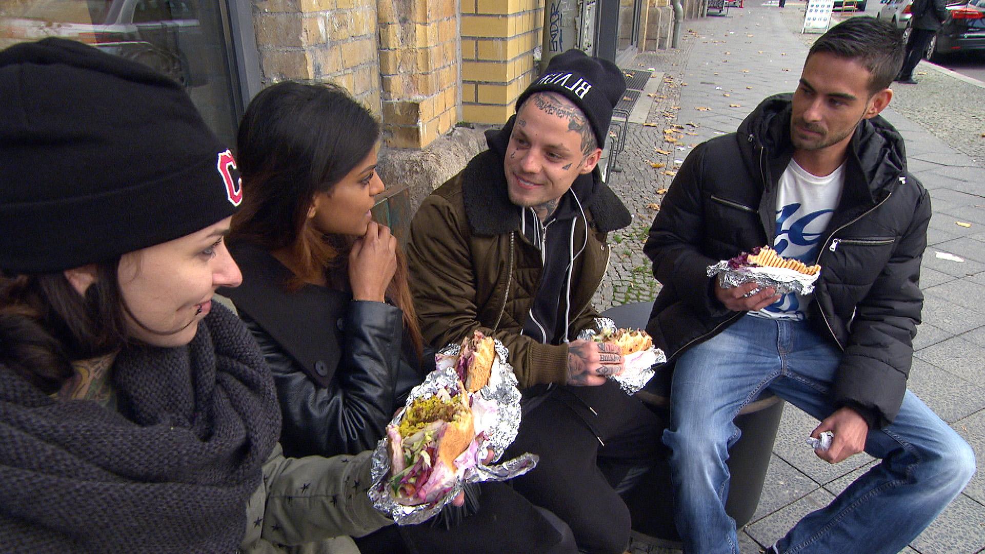 Caro (li.), Mara (2.v.li.), Niklas und Jeremy (re.) wollen mehr Zeit miteinander verbringen.. (Quelle: RTL 2)