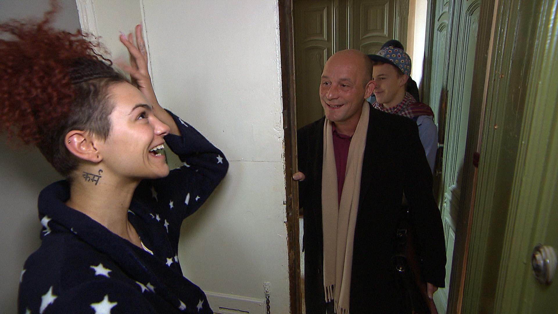 Als der Vermieter der WG mit Interessenten für das freie WG-Zimmer vor der Tür steht, gelingt es Jessica (li.) im letzten Moment, die Drogen zu verstecken... (Quelle: RTL 2)