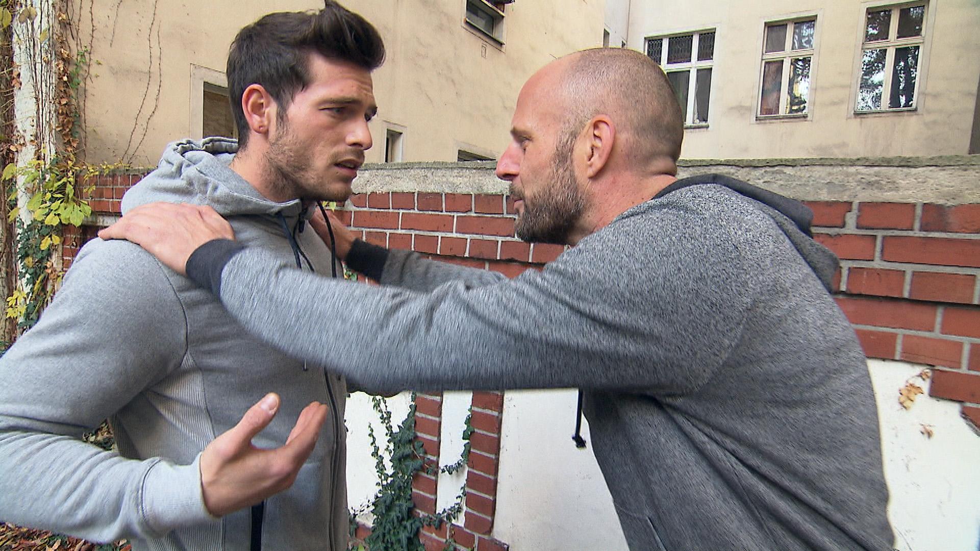 Daniel (li.) kriegt von seinem Vater das Angebot, für ein paar Tage nach LA zu fliegen, doch er lehnt aus Rücksicht auf Lou ab... (Quelle: RTL 2)