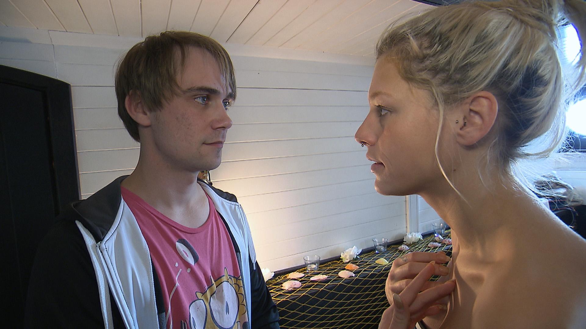 Schmidti gibt alle Hoffnung auf Kiara auf, als sie ihm vor dem Polterabend auf dem Hausboot erneut eine klare Abfuhr erteilt.