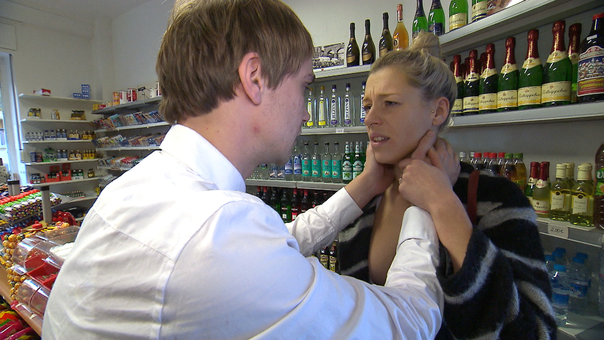 Kiara (re.) hat Zweifel, ob sie das Richtige getan hat... (Foto, li.: Schmidti) (Quelle: RTL 2)