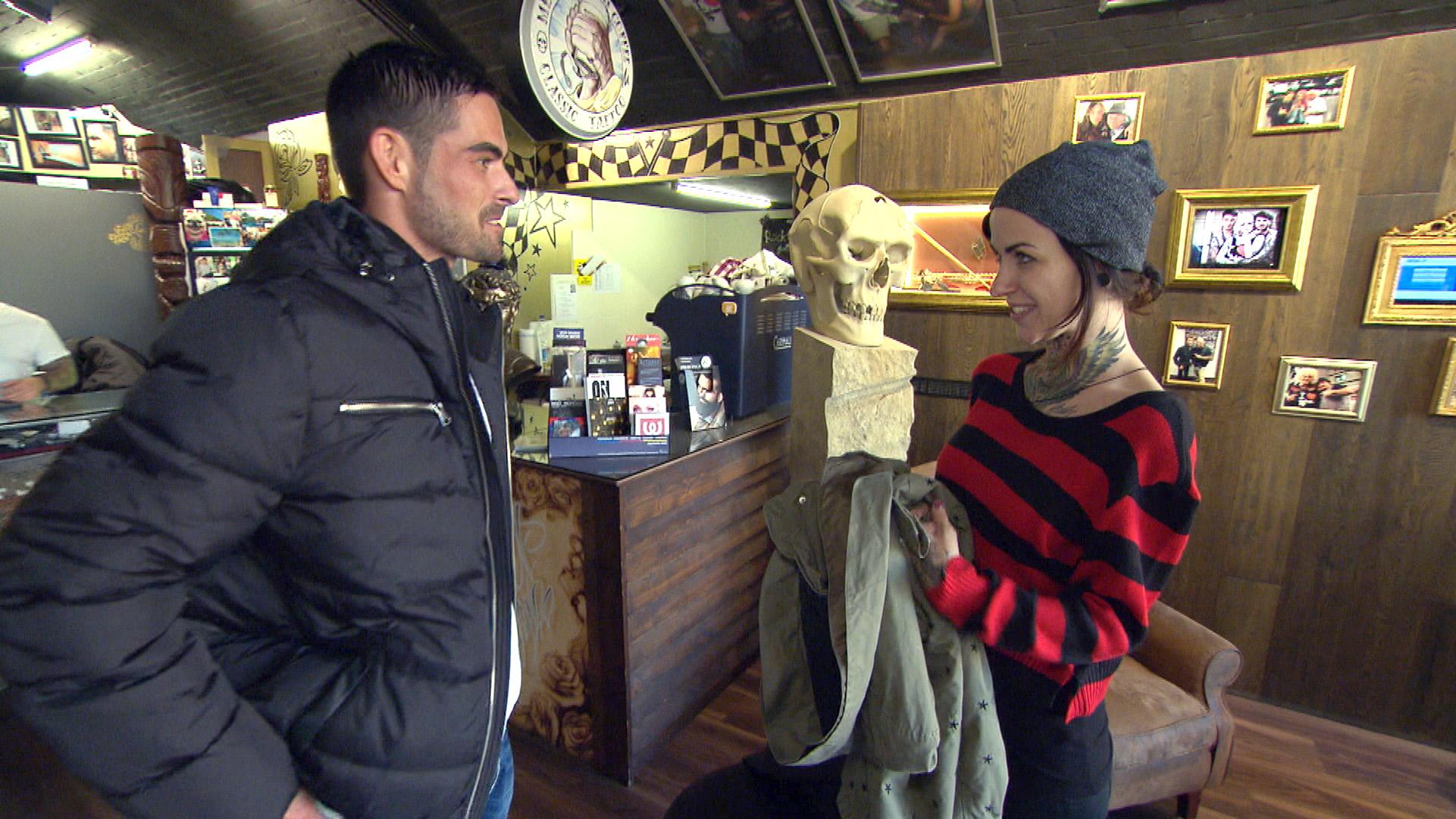 Auf der Arbeit erhält Caro unerwartet Besuch von Jeremy, der gerne den Vierer von letzter Woche ohne Niklas und seine Freundin wiederholen würde.. (Quelle: RTL 2)