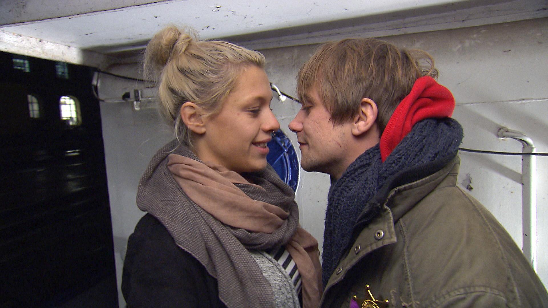 Schmidti wagt einen letzten verzweifelten Vorstoß bei Kiara und zunächst wirkt es so, als hätte er Erfolg... (Quelle: RTL 2)