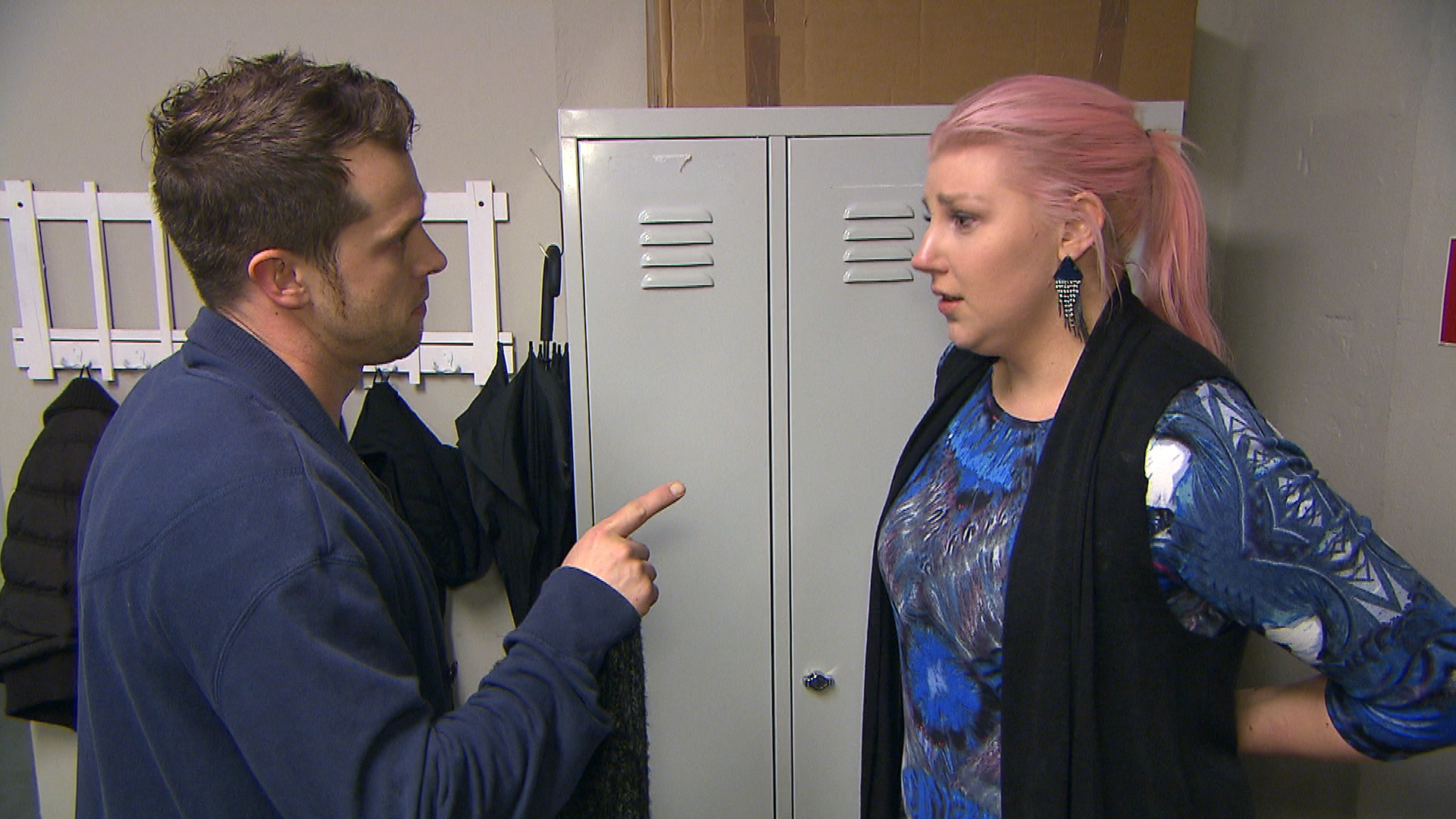 Der letzte Tag der Streitliste ist gekommen und Paula kriegt mit, dass Basti ihr ausweicht.. (Quelle: RTL 2)