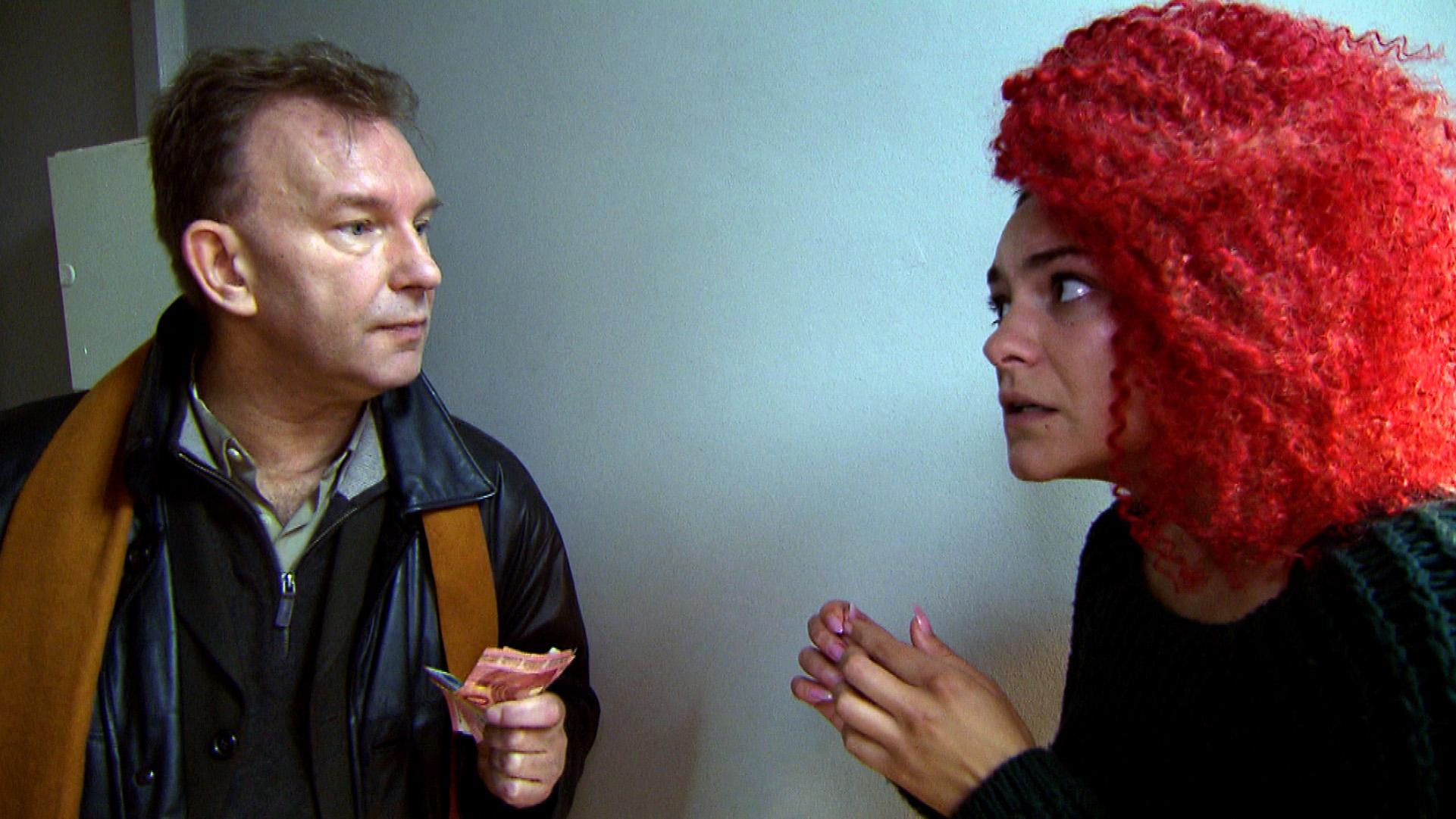 Jessica gerät unter Druck, als erneut der Gerichtsvollzieher auf der Matte steht und ihre Rate einfordert... (Quelle: RTL 2)