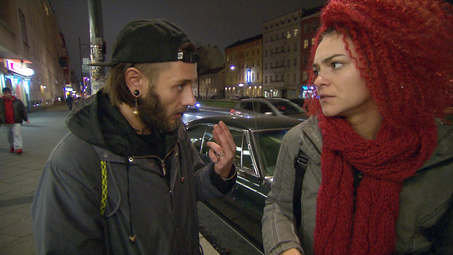 Da Jessica blank ist, lässt sie sich widerwillig von Mark dazu überreden, Marcels Auto illegal zu verscherbeln... (Quelle: RTL 2)