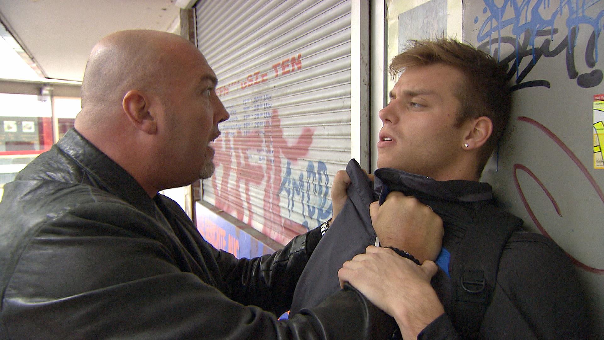 Felix (re.) hat Panik, als Sandro die ganze Restschuld auf einmal einfordert.. (Quelle: RTL 2)