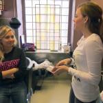 Anna (re.) fragt Chantal, ob sie gemeinsam Silvester feiern.. (Quelle: RTL 2)
