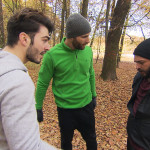 Bruno (re.) behauptet großspurig, Patricks (Mitte) und Filips (li.) Training locker bewältigen zu können... (Quelle: RTL 2)