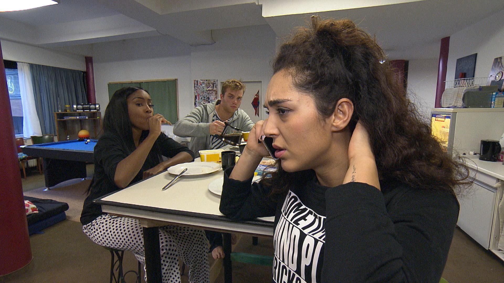 Joleens (re.) Misstrauen wächst, als sie Cem anruft und eine Frau abnimmt. Sie vermutet eine Geliebte... (Quelle: RTL 2)