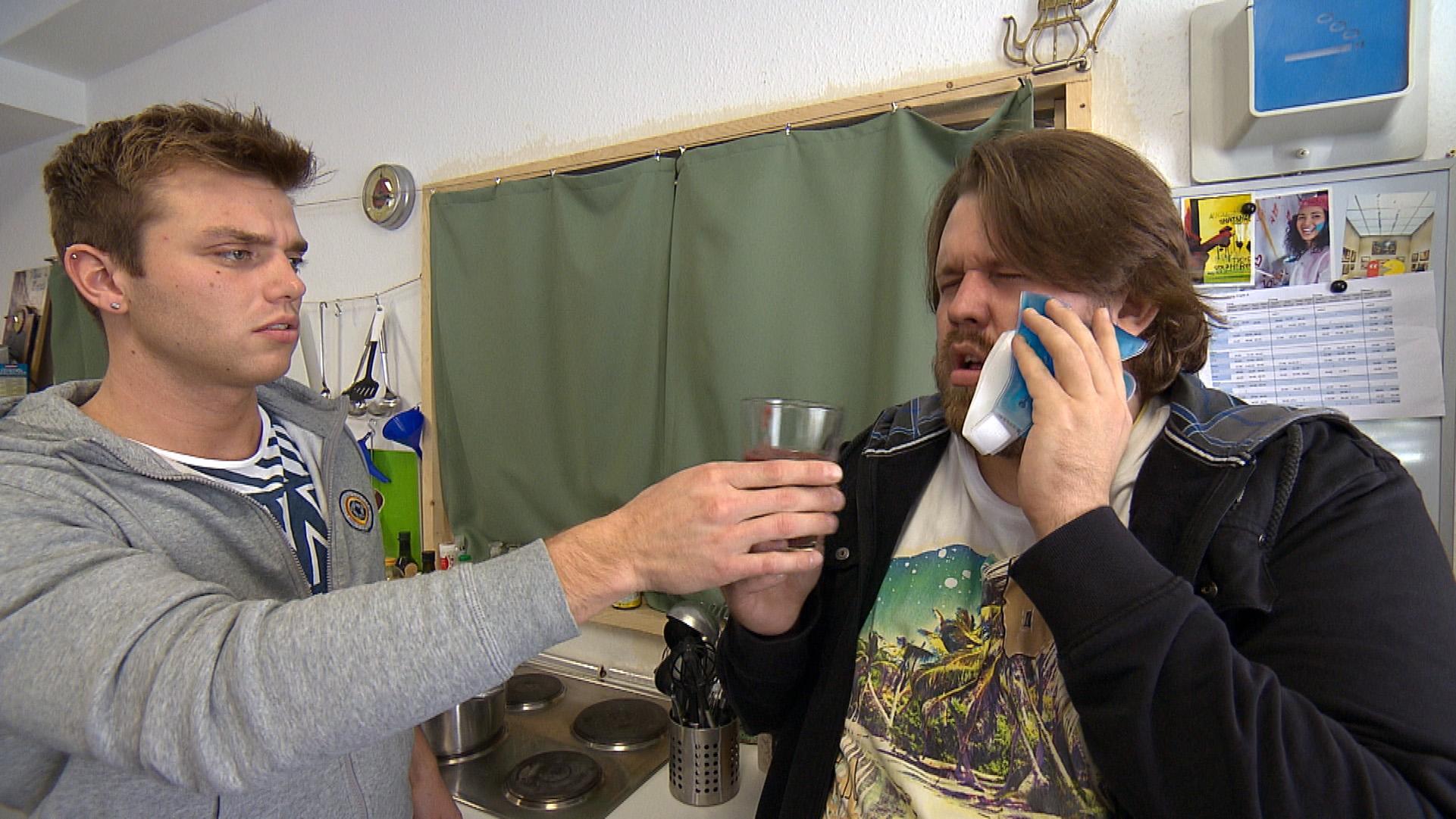 Jans Zahnschmerzen bringen ihn um den Verstand, doch seine Angst vor dem Zahnarzt ist größer.. Felix tut was er kann, um Jan zu helfen (Quelle: RTL 2)