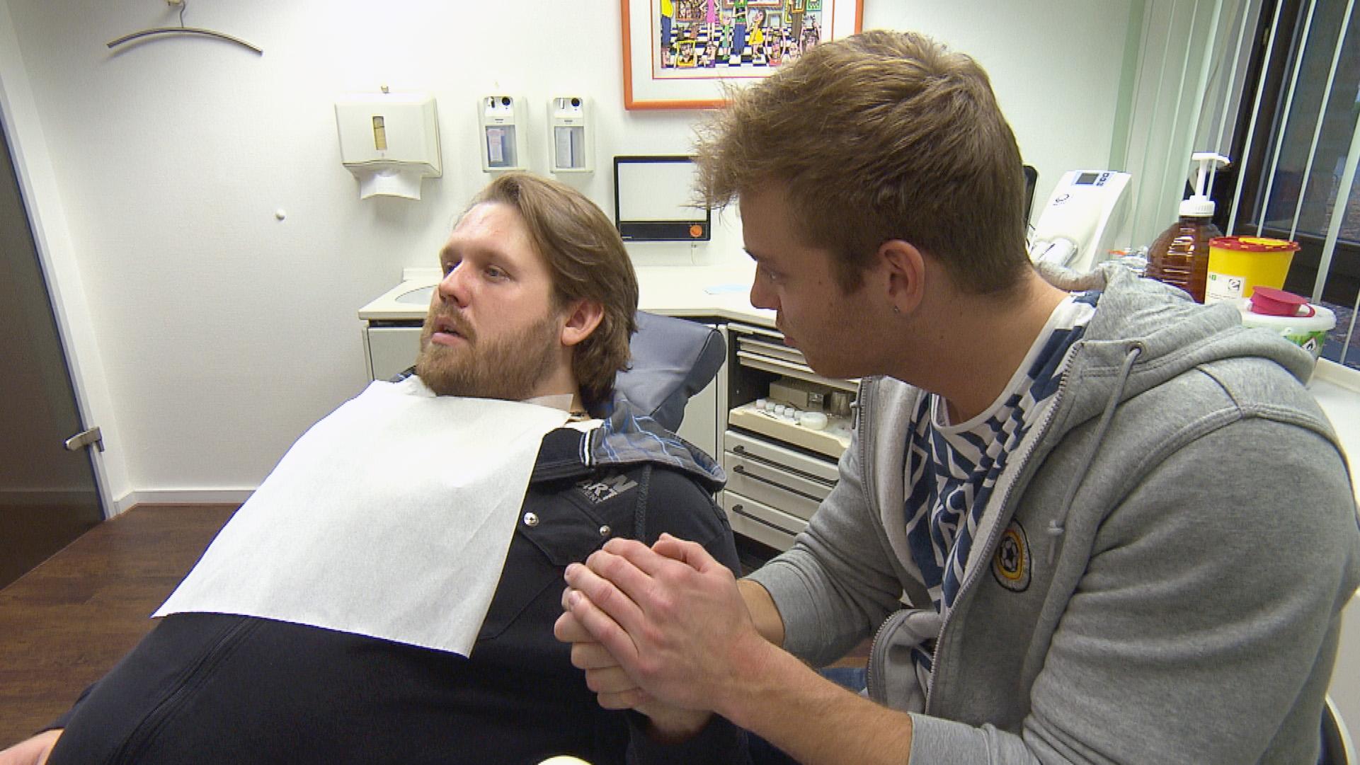 Felix (re.) hat es geschafft und Jan zum Zahnarzt gebracht.. (Quelle: RTL 2)