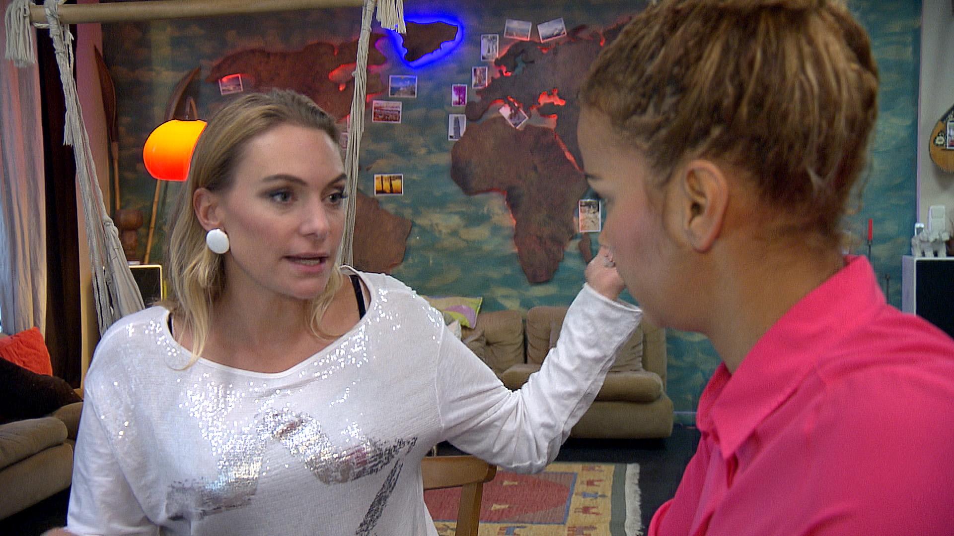 Inka (li.) und Sam sind sich nicht einig und fangen zu streiten an (Quelle: RTL 2)