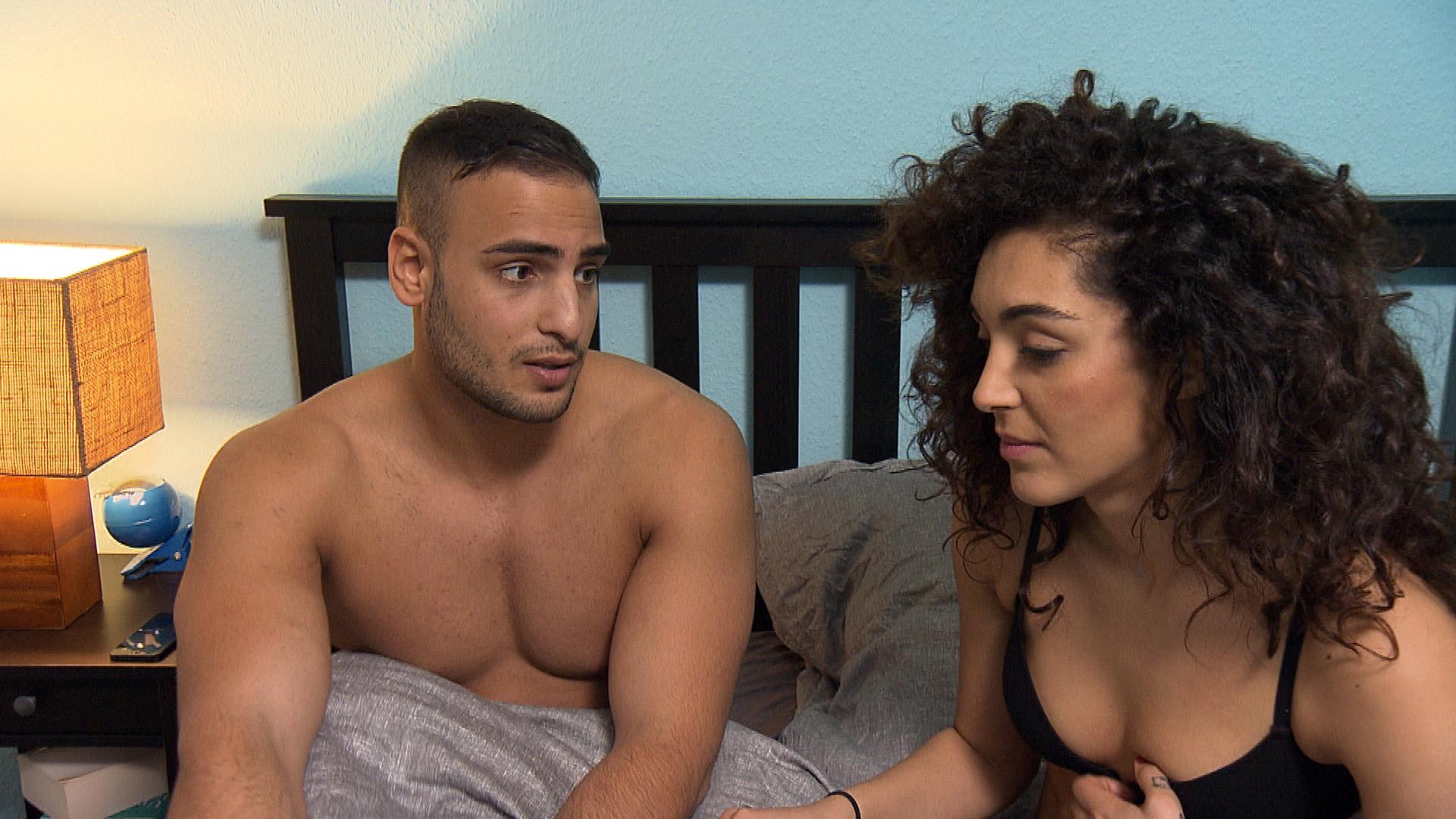 Joleen ist davon überzeugt, dass es Cem besser ginge, wenn er zu ihr in die WG ziehen würde. Doch darauf angesprochen reagiert Cem abweisend, da er seine Mutter nicht im Stich lassen will.. (Quelle: RTL 2)