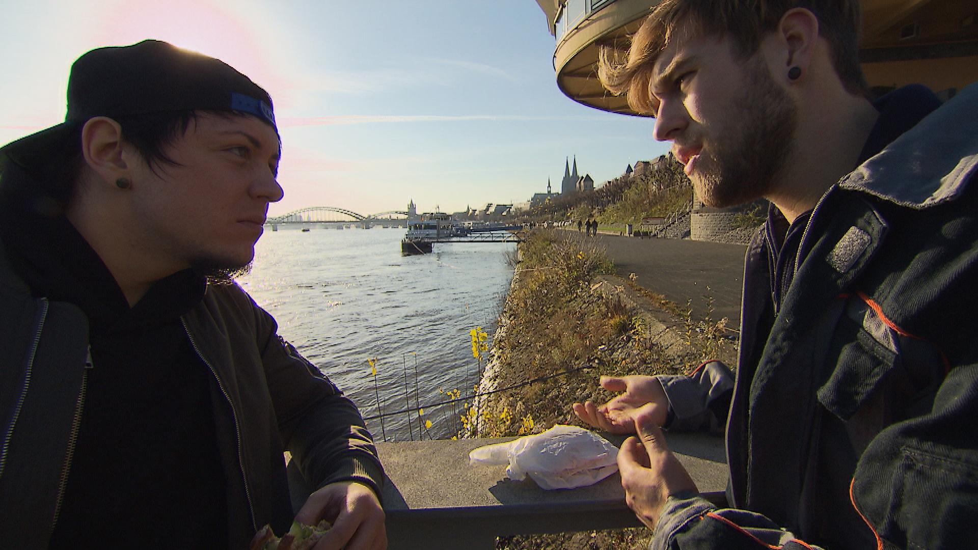 Kevin ist enttäuscht, dass Chris sein Angebot, wieder eine WG zu gründen, ablehnt. (Quelle: RTL 2)