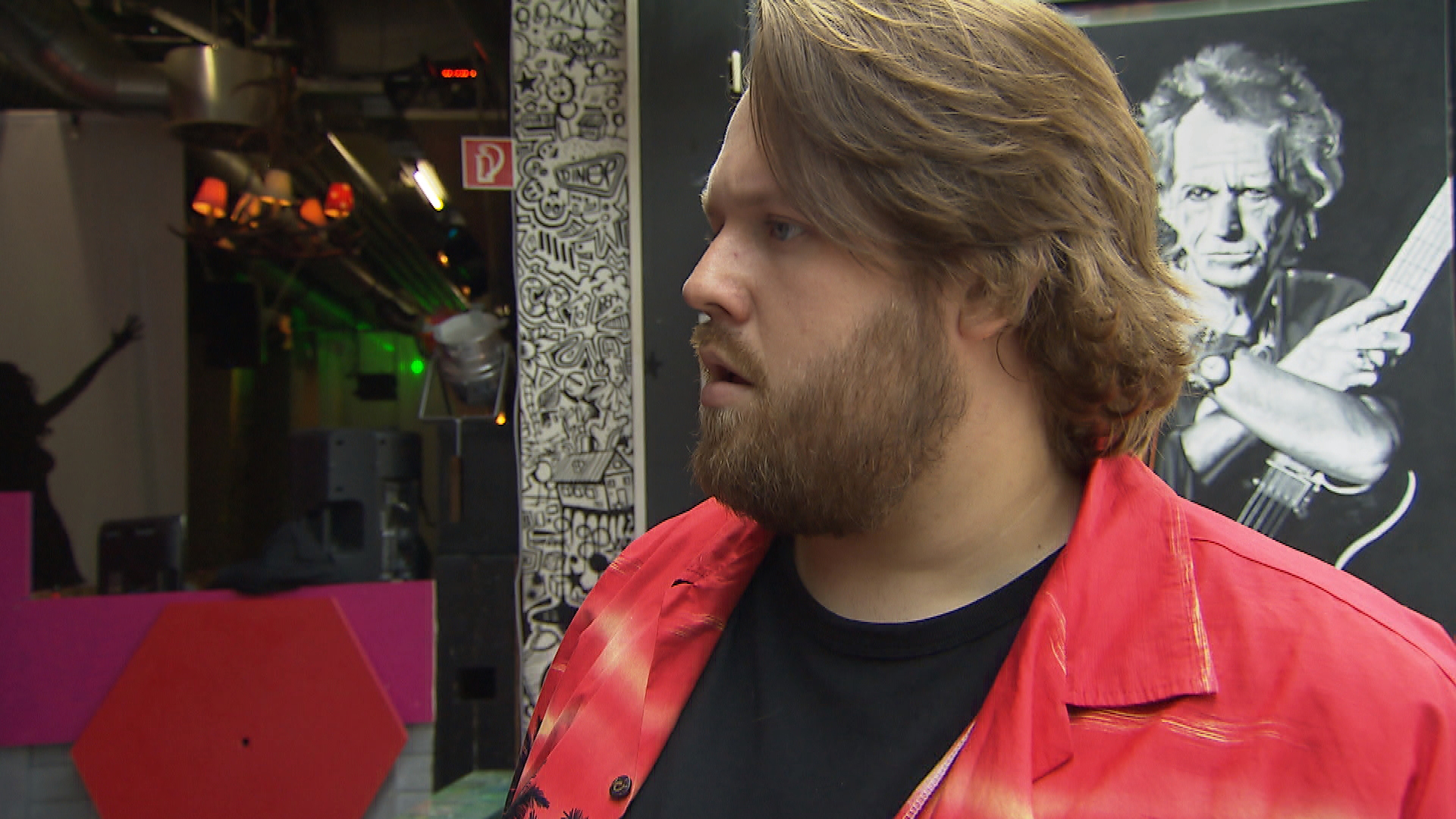 Jan ist morgens schon wieder sauer, als er merkt, dass Joleen sich bereits als Barchefin sieht und gerät darüber mit ihr in Streit. (Quelle: RTL 2)