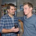 Vince (Vincent Krüger, r.) meistert seinen Live-Cooking-Job mit Bravour, auch wenn ihm Leons (Daniel Fehlow) Besserwisserei zunehmend auf die Nerven geht.