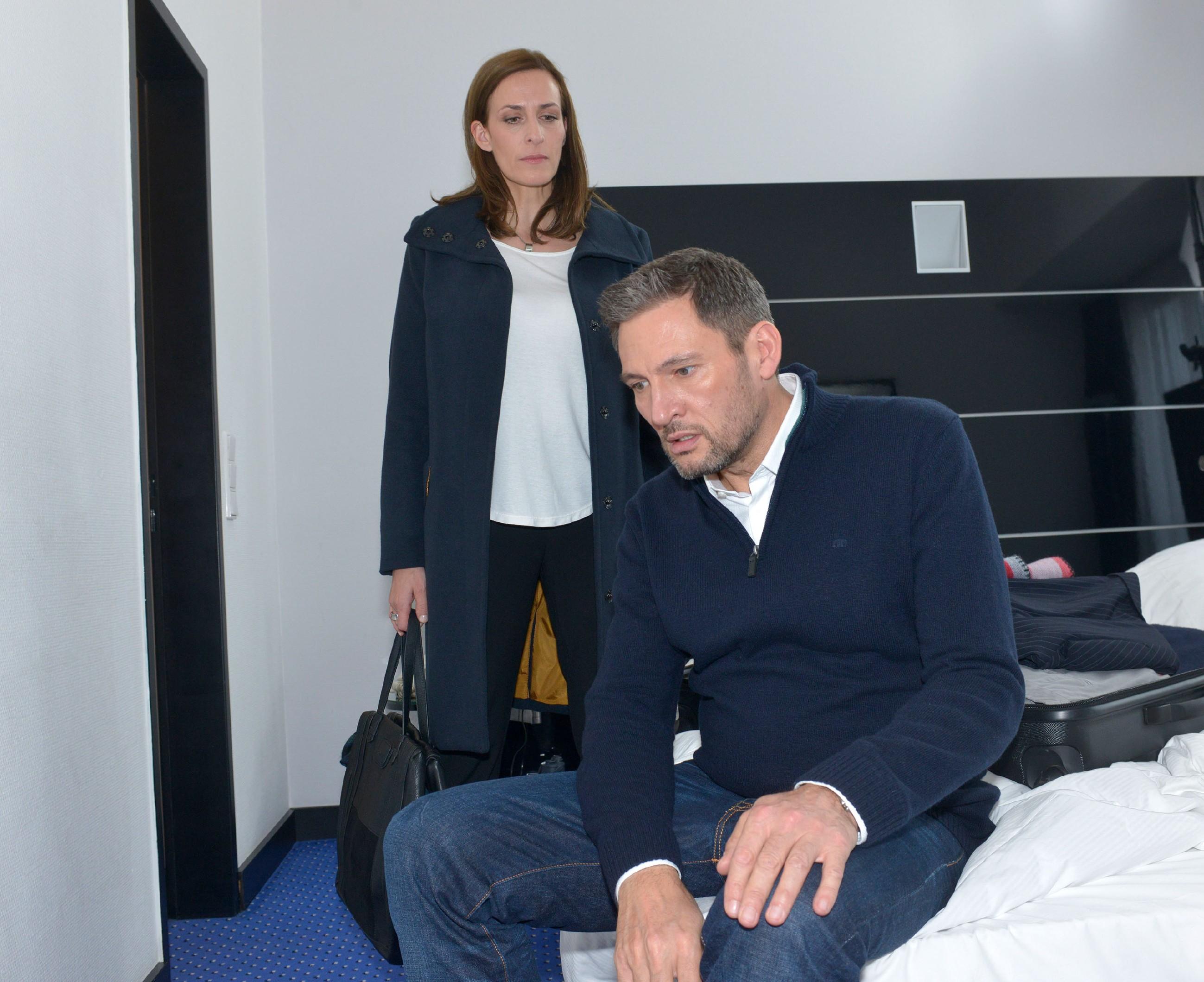 Katrin (Ulrike Frank) taucht wütend bei Frederic (Dieter Bach) auf, um ihn zur Rede zu stellen. (Quelle: RTL / Rolf Baumgartner)