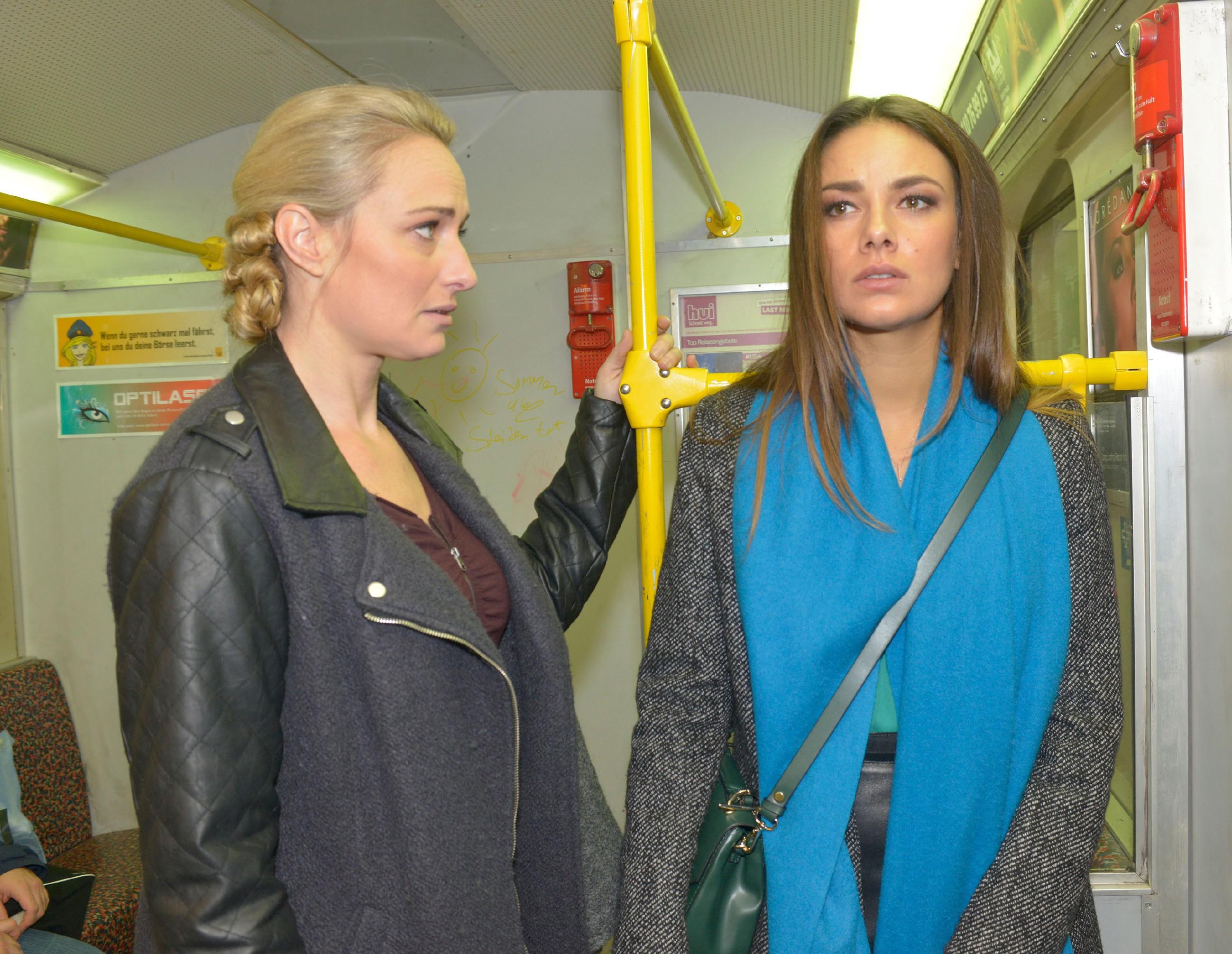 Maren (Eva Mona Rodekirchen) hat alle Hände voll zu tun, um sich um die vollkommen aufgelöste Jasmin (Janina Uhse) zu kümmern. (Quelle: RTL / Rolf Baumgartner)