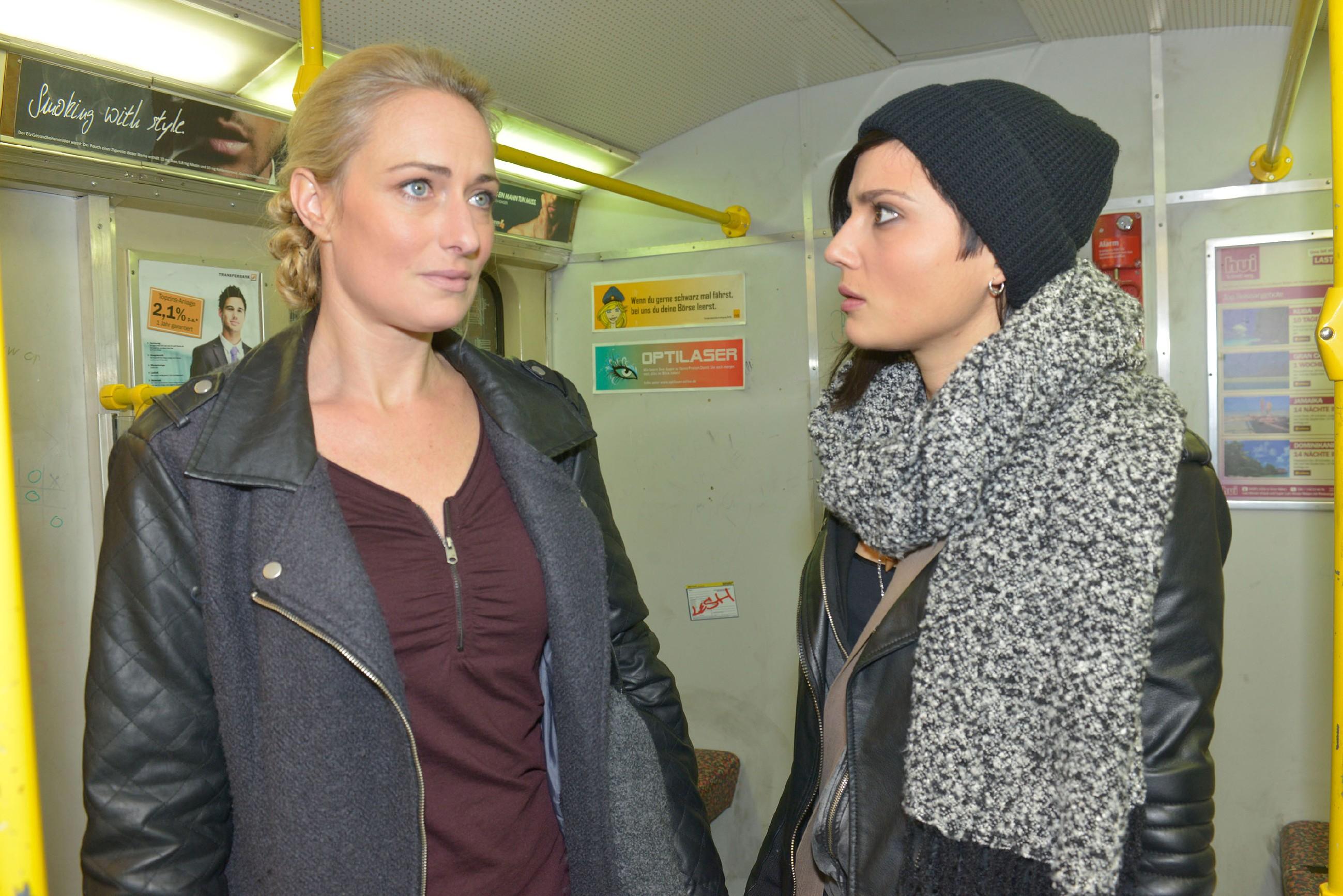 Nachdem Jasmin Maren (Eva Mona Rodekirchen, l.) entwischt ist, macht die sich gemeinsam mit Anni (Linda Marlen Runge) auf dem Weg zu Frederic, wo die Situation zwischen ihm und Katrin gerade zu eskalieren droht... (Quelle: RTL / Rolf Baumgartner)