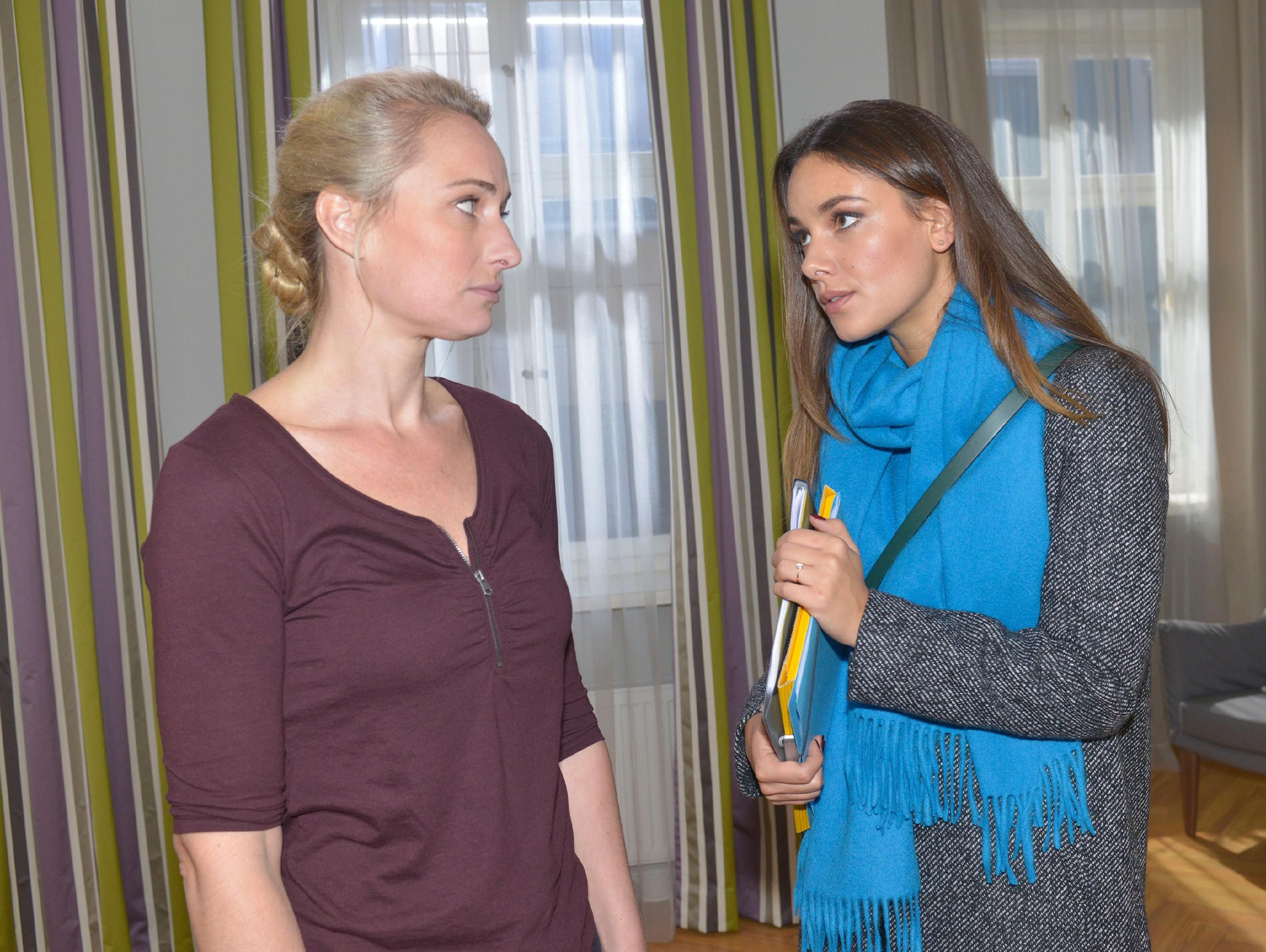 Maren (Eva Mona Rodekirchen, l.) erkennt, dass Jasmin (Janina Uhse) es mit ihrem Plan, mit Frederic einen Neuanfang zu wagen, vollkommen ernst meint. (Quelle: RTL / Rolf Baumgartner)