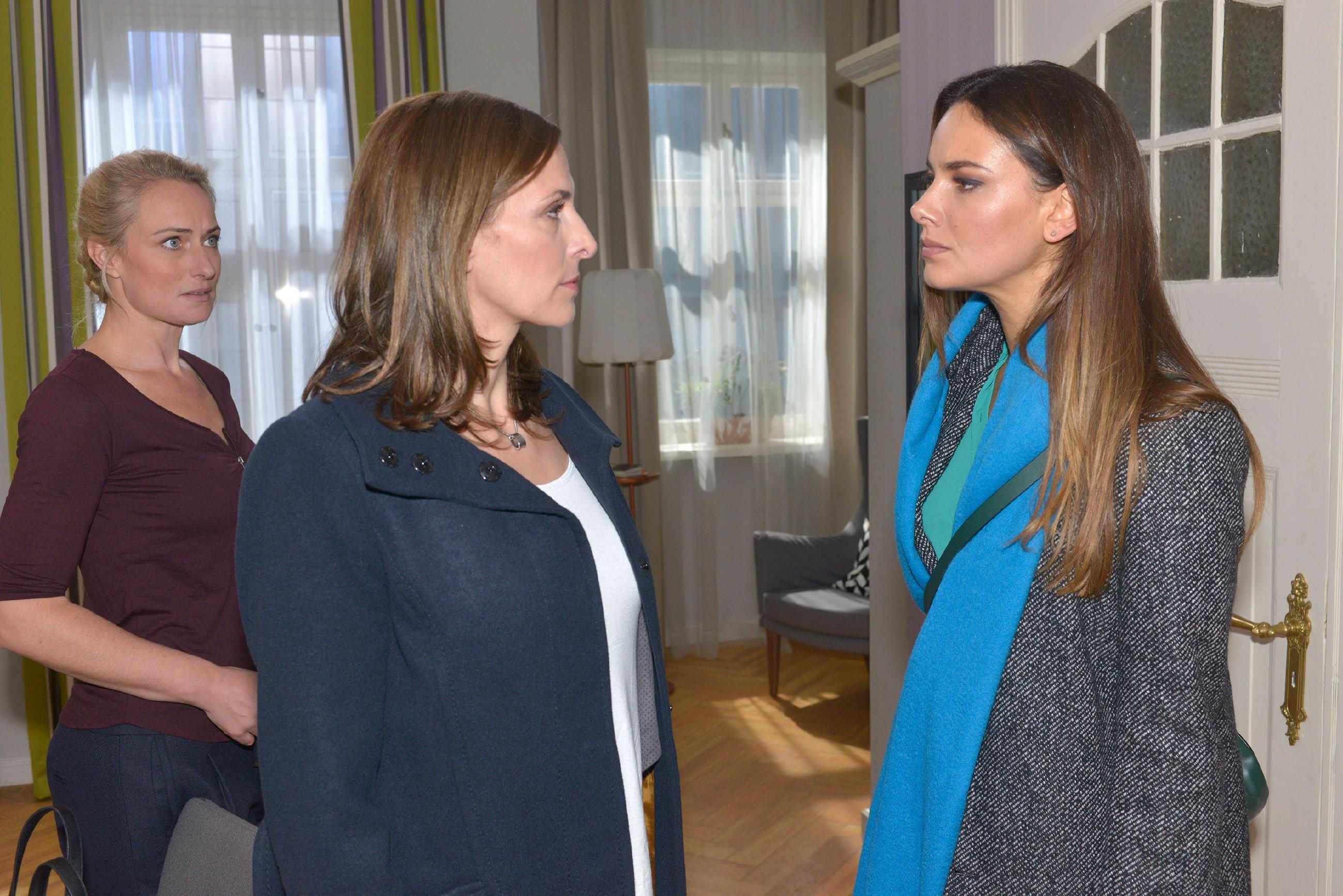 Maren (Eva Mona Rodekirchen, l.) bemerkt, dass Katrin (Ulrike Frank, M.) gar nicht mehr zu Jasmin (Janina Uhse) durchdringen kann. Wird Katrin ihrer Tochter endlich sagen, dass Frederic Jasmins Vater ist? (Quelle: RTL / Rolf Baumgartner)