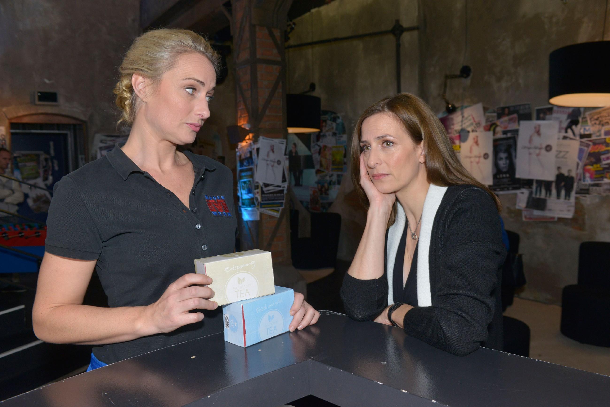 Maren (Eva Mona Rodekirchen, l.) und Katrin (Ulrike Frank) hoffen, dass Frederic endlich verschwindet. (Quelle: RTL / Rolf Baumgartner)