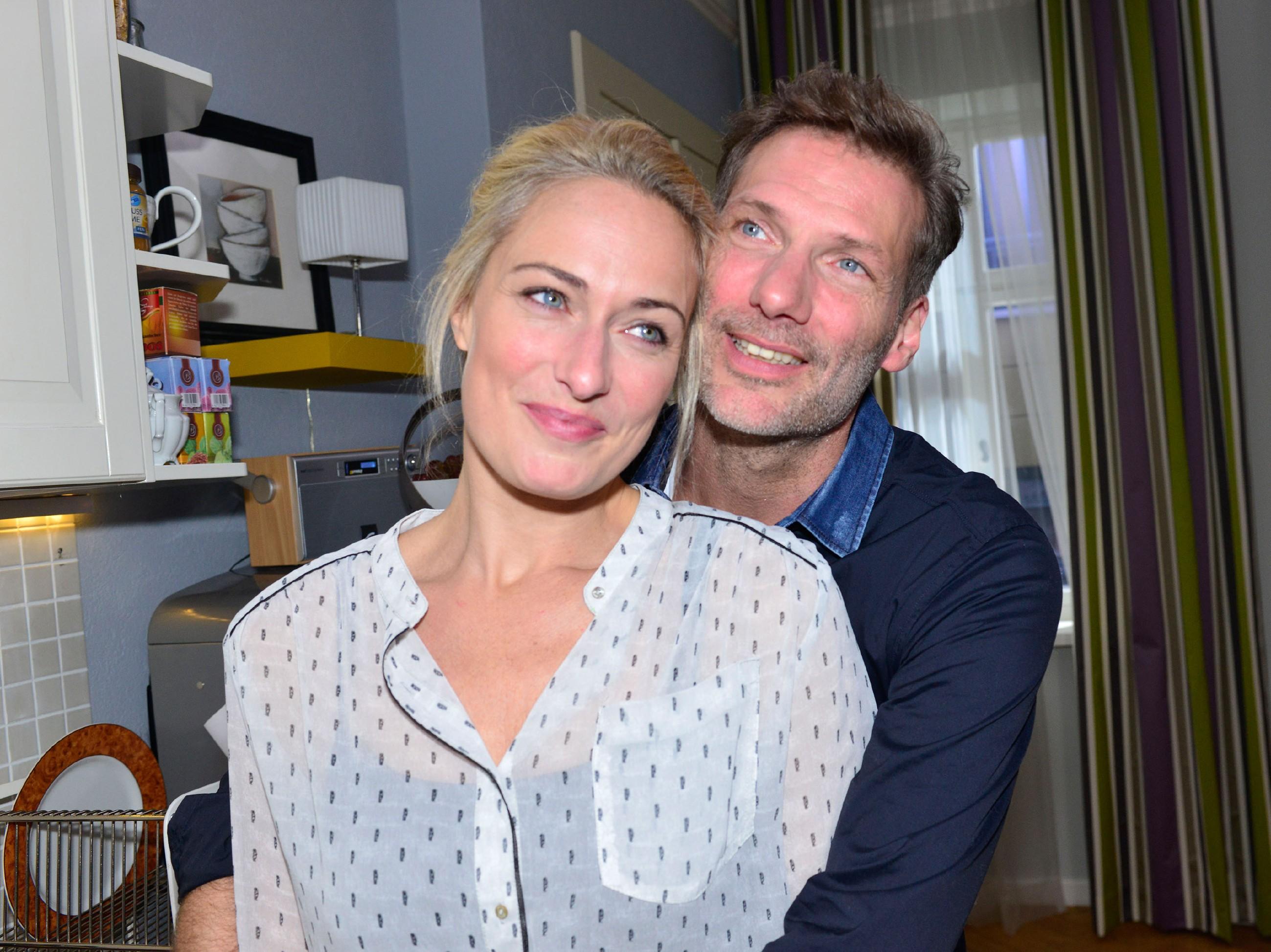 Maren (Eva Mona Rodekirchen) will sich noch nicht eingestehen, wie nah ihr der baldige Abschied von Alexander (Clemens Löhr) geht... (Quelle: RTL / Rolf Baumgartner)
