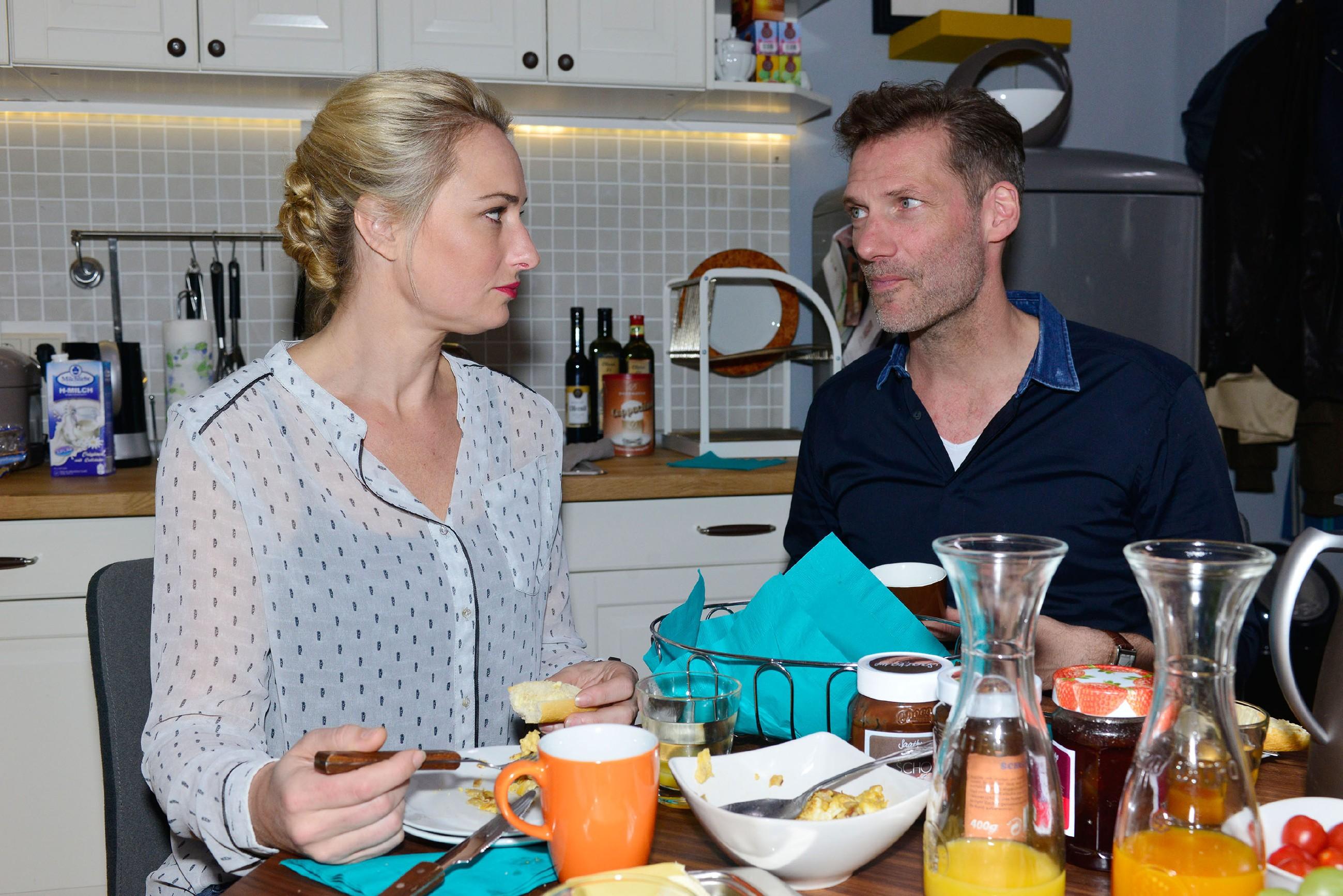 Maren (Eva Mona Rodekirchen) und Alexander (Clemens Löhr) nehmen versöhnlich Abschied voneinander. (Quelle: RTL / Rolf Baumgartner)